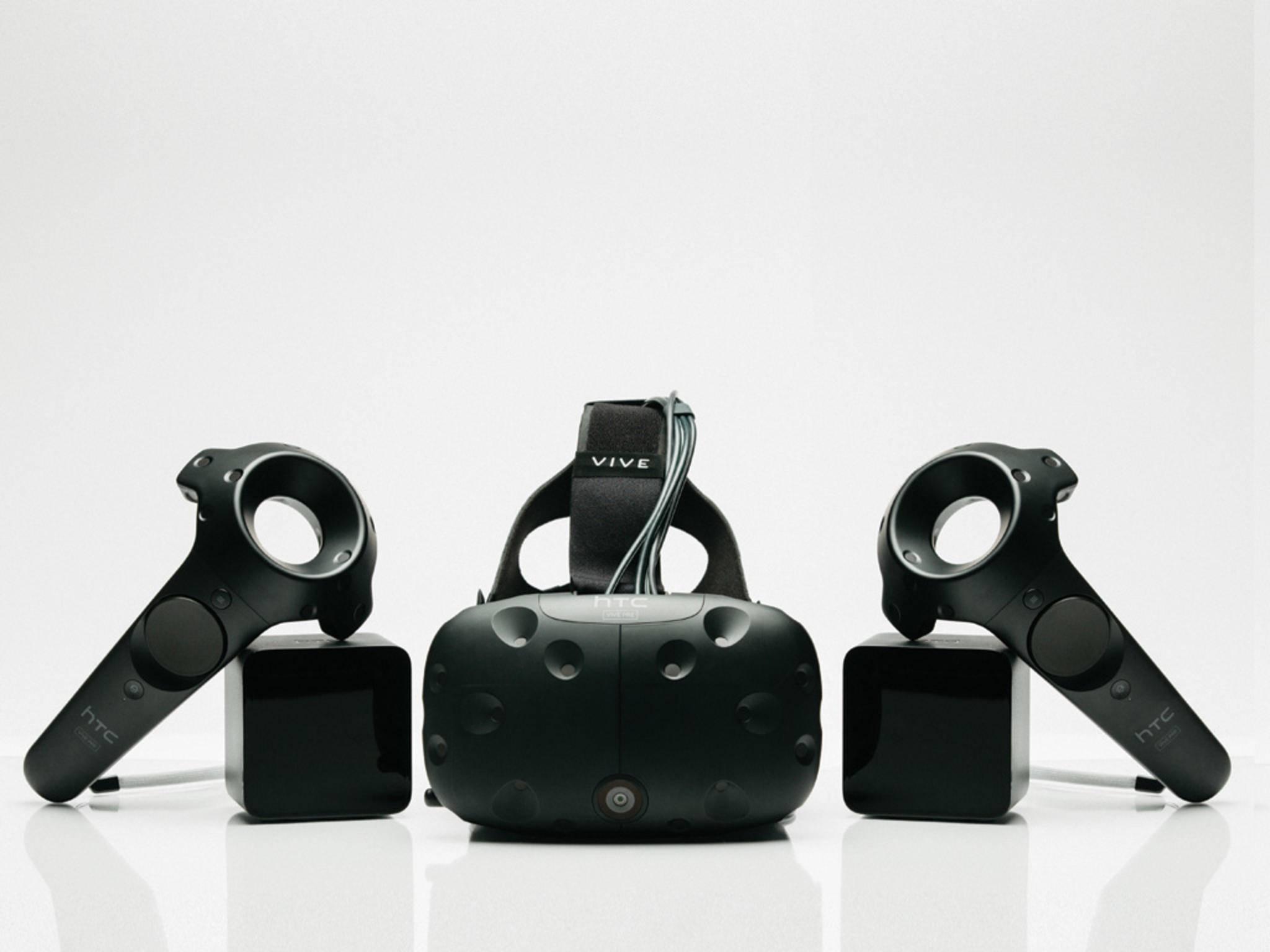 Die HTC Vive wird zusammen mit Controllern und Sensoren ausgeliefert, ...
