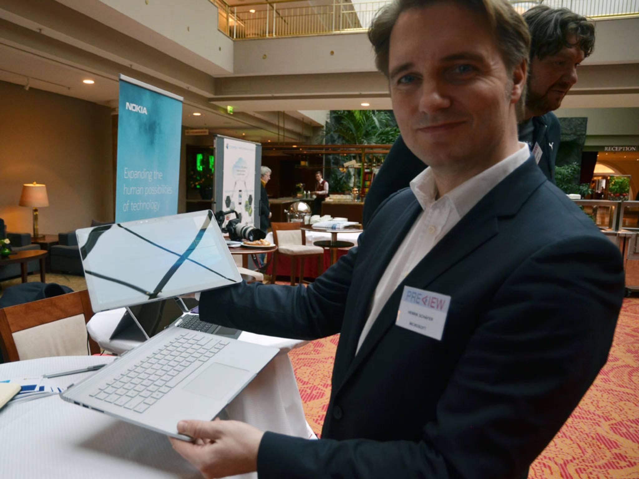 Henrik Schäfer von Microsoft demonstriert das Surface Book ...