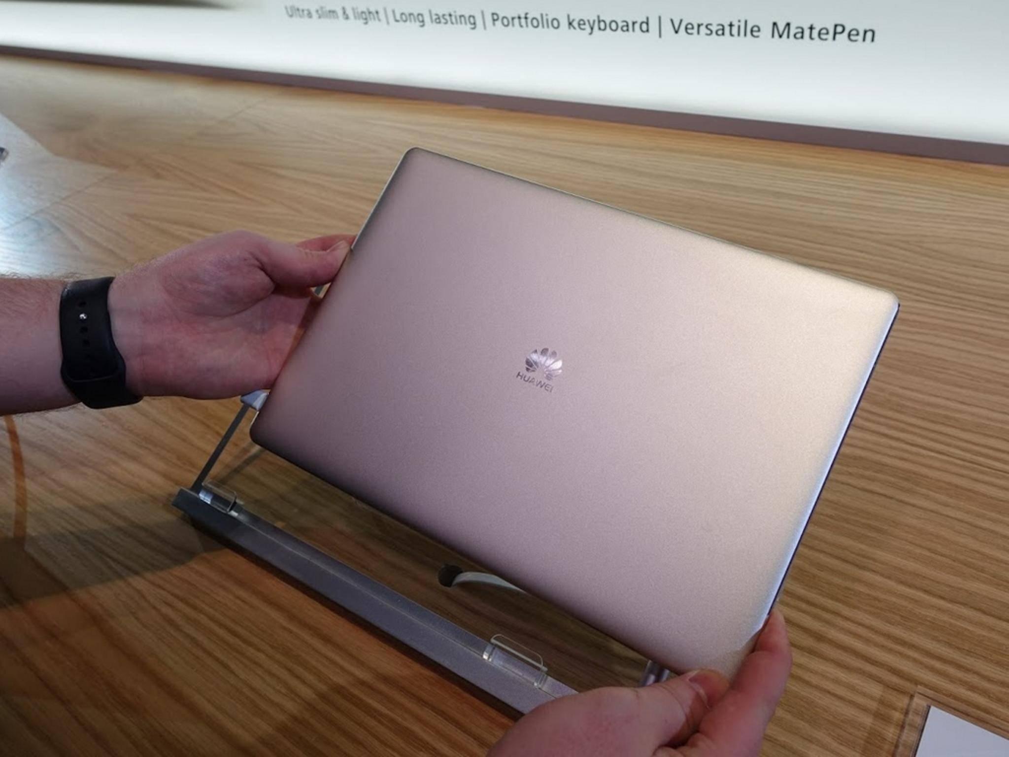 Das MateBook von Huawei soll es mit dem Surface Pro 4 aufnehmen.