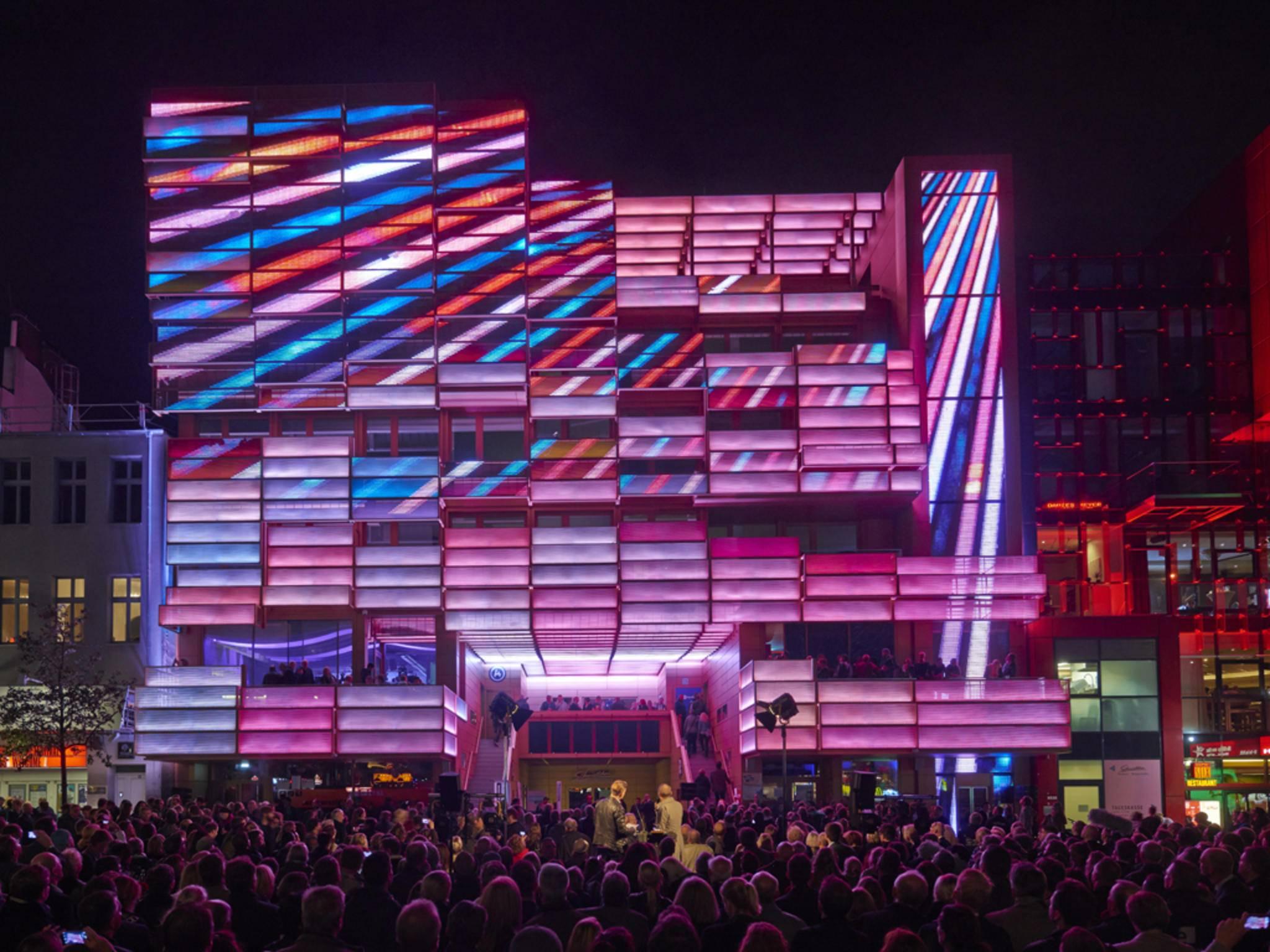 Das St. Pauli Klubhaus hat eine bunte Medienfassade und stellt gegenüber dem ...