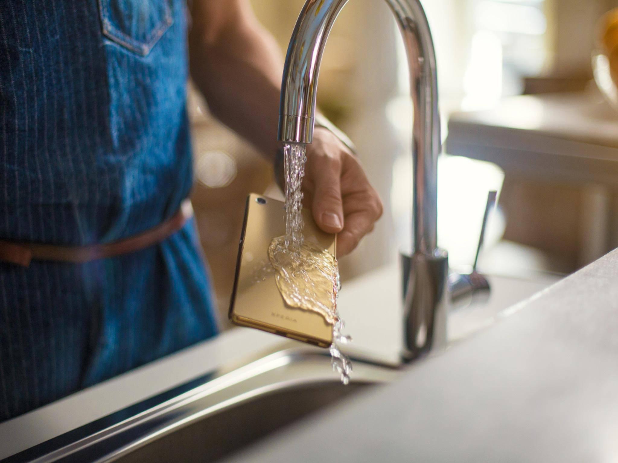 Das Xperia M5 ist gegen Spritzwasser geschützt.