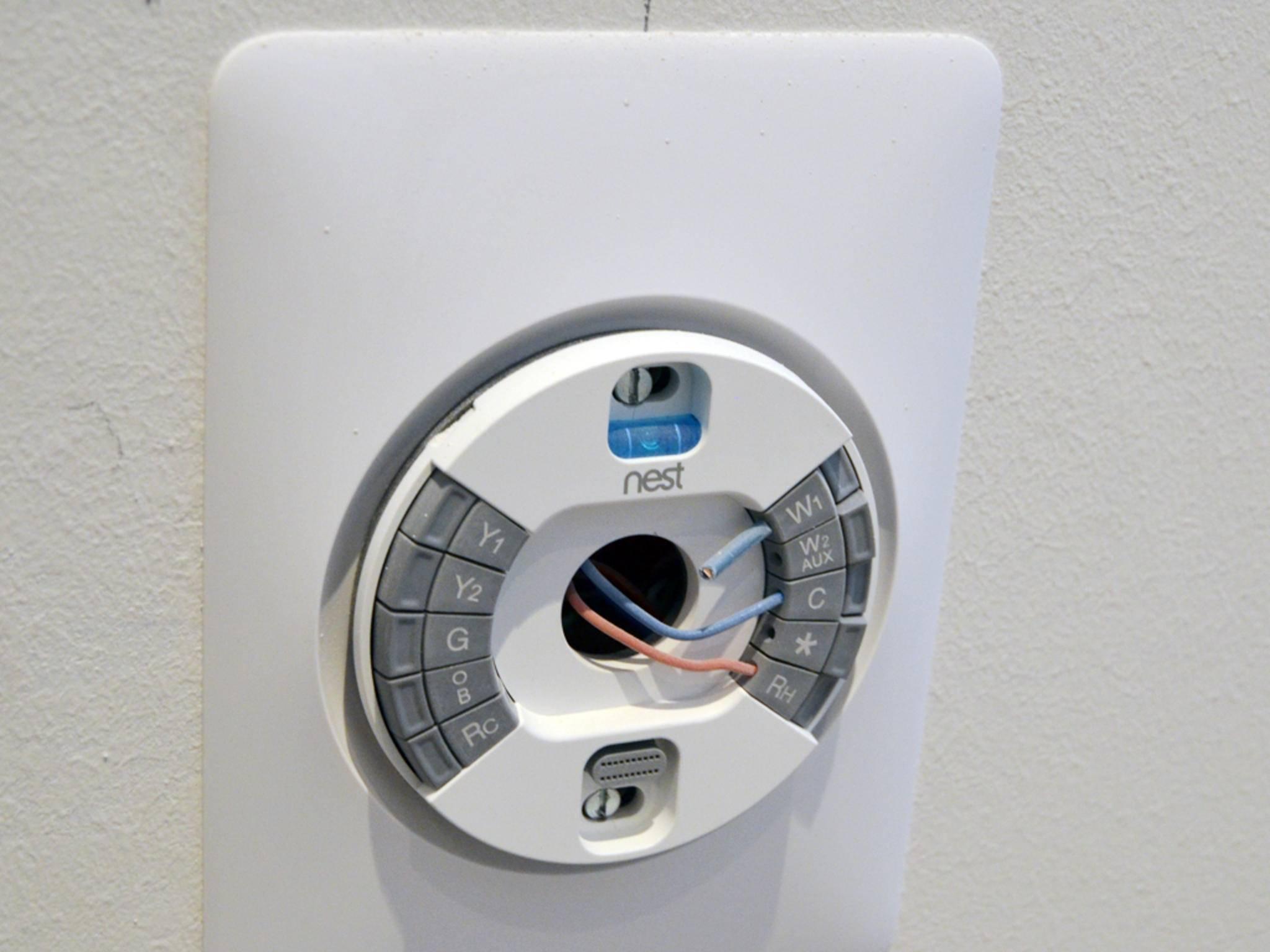 In jedem Raum ist ein Thermostat der Firma Nest und ...