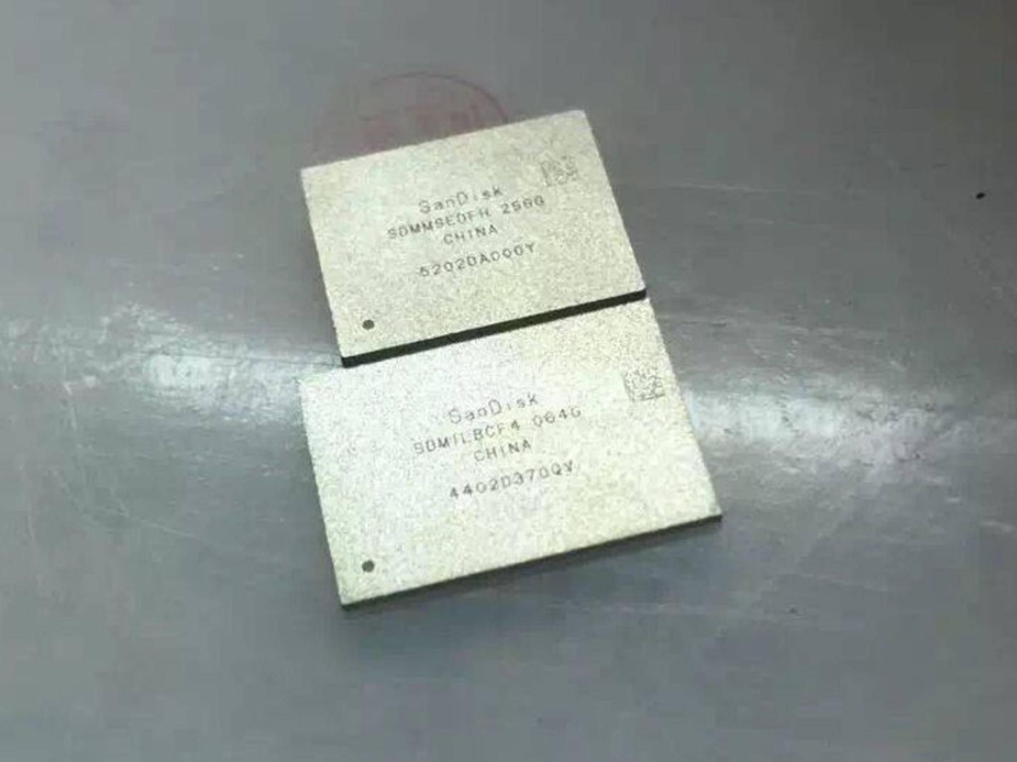 Der neue 256-GB-SanDisk-Speicher (oben) im Vergleich zum alten 64-GB-Chip (unten).