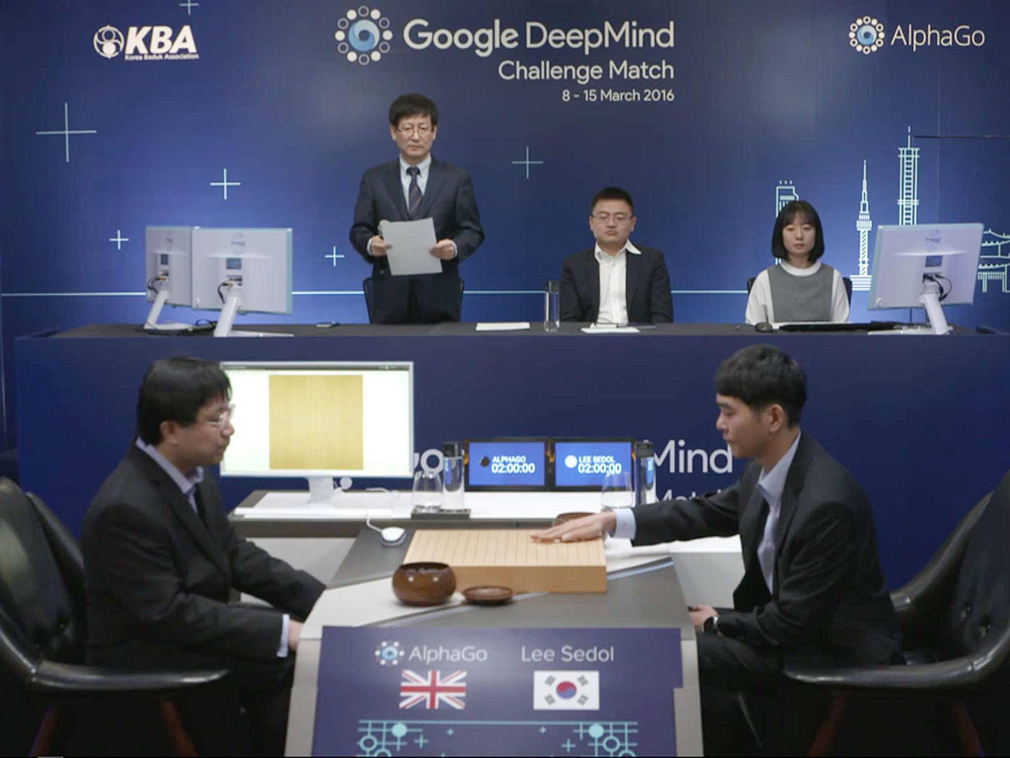 Der Go-Weltmeister Lee Sedol (rechts) aus Südkorea musste gegen die KI AlphaGo verdammt schnell aufgeben.