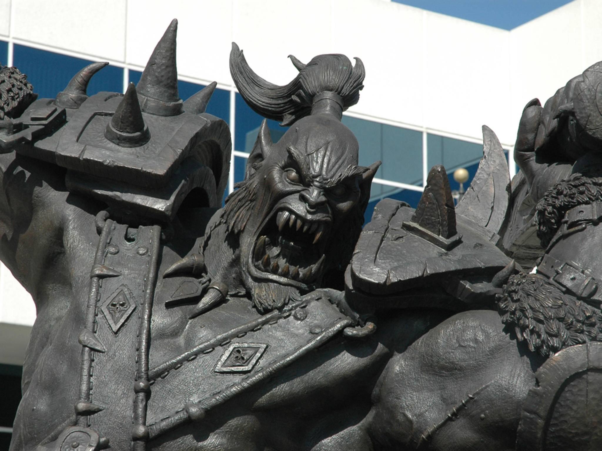 ... und vor der Tür auf dem Vorplatz steht ein großer Ork ...