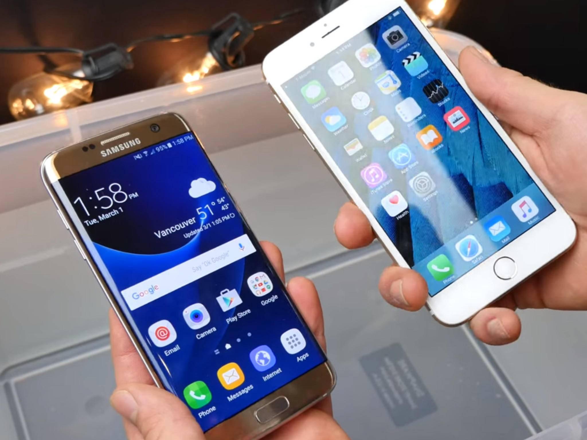 Das Galaxy S7 und das iPhone 6s Plus im Wasserbad.