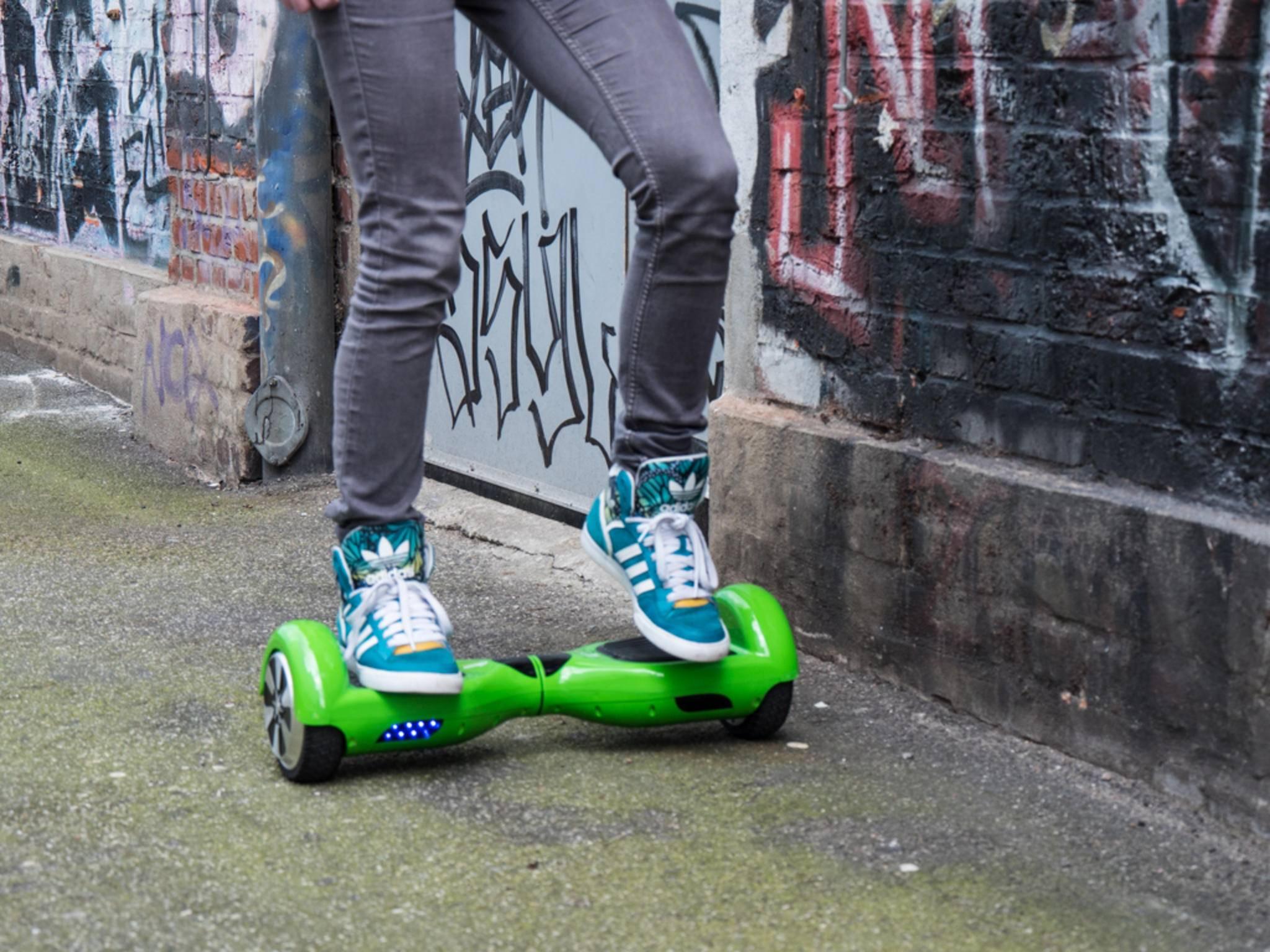 Die ersten Fahrversuche auf einem Hoverboard gehen nicht selten in die Hose.