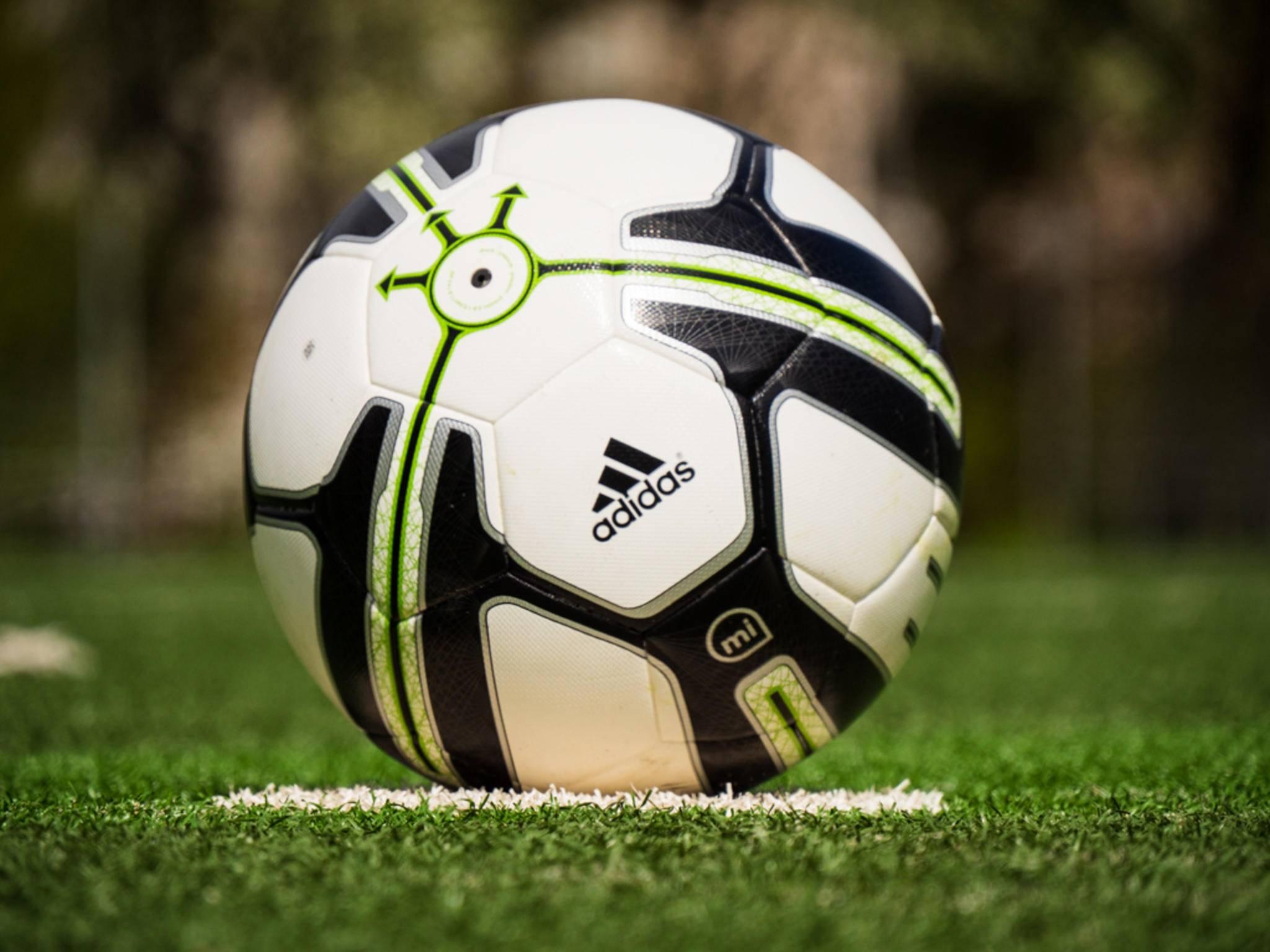 Der miCoach Smart Ball ist so groß und so schwer wie ein gewöhnlicher Fußball.