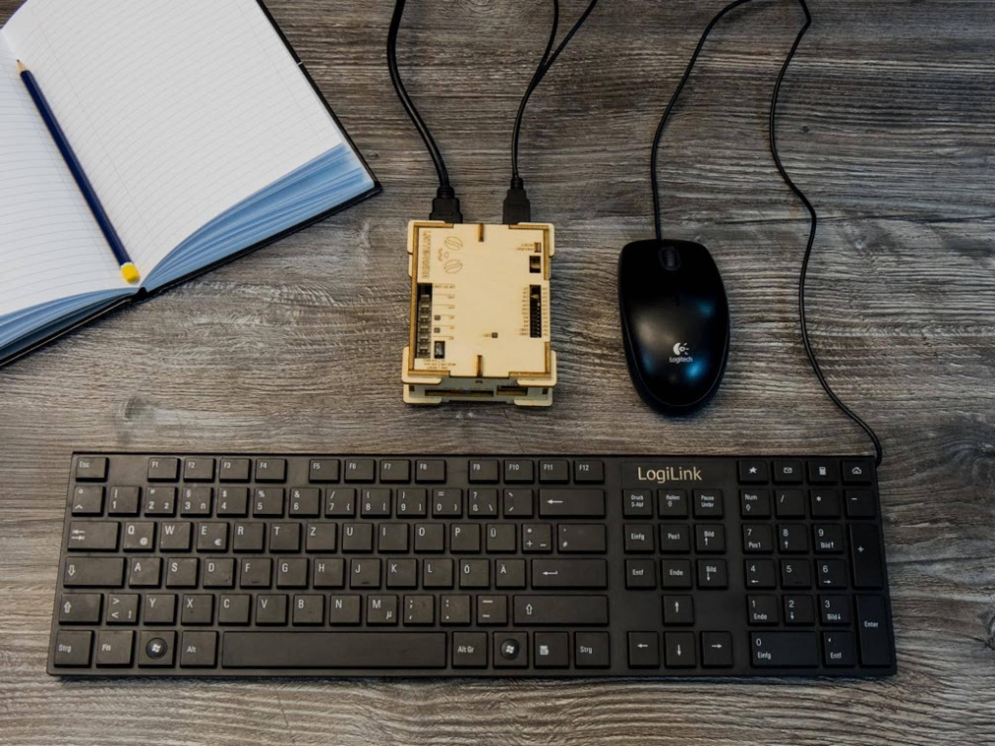 Man braucht neben Netzteil auch Maus und Tastatur, ...