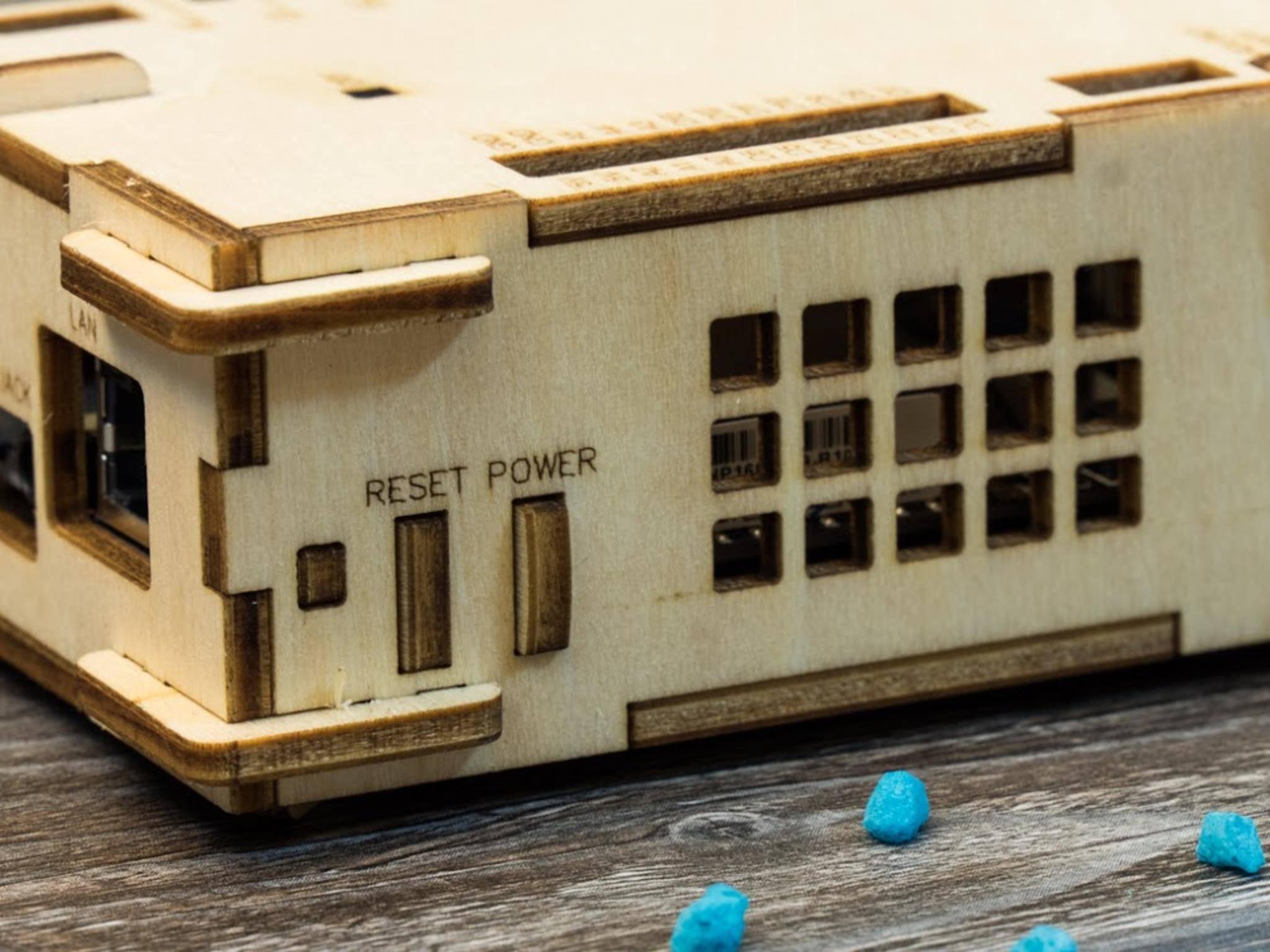 Auch die Schalter am Gehäuse sind aus Holz, ...