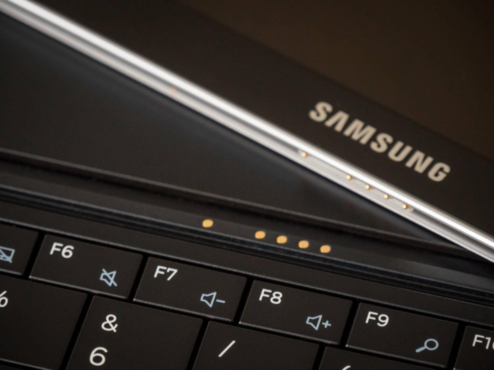 Die Tastatur rastet magnetisch ein.