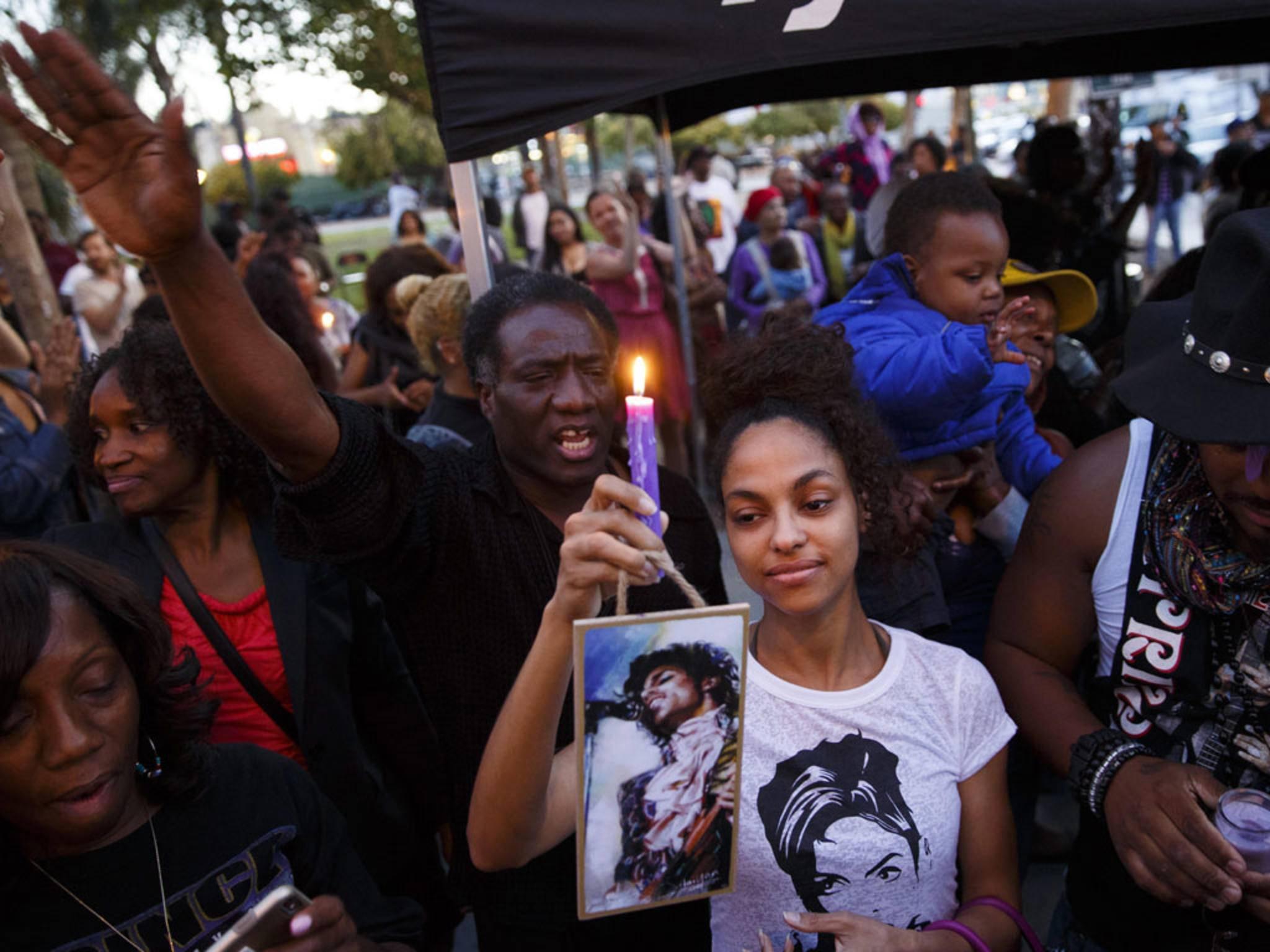 Die Fans und das Netz zollten dem verstorbenen Musiker Prince ihren Tribut.