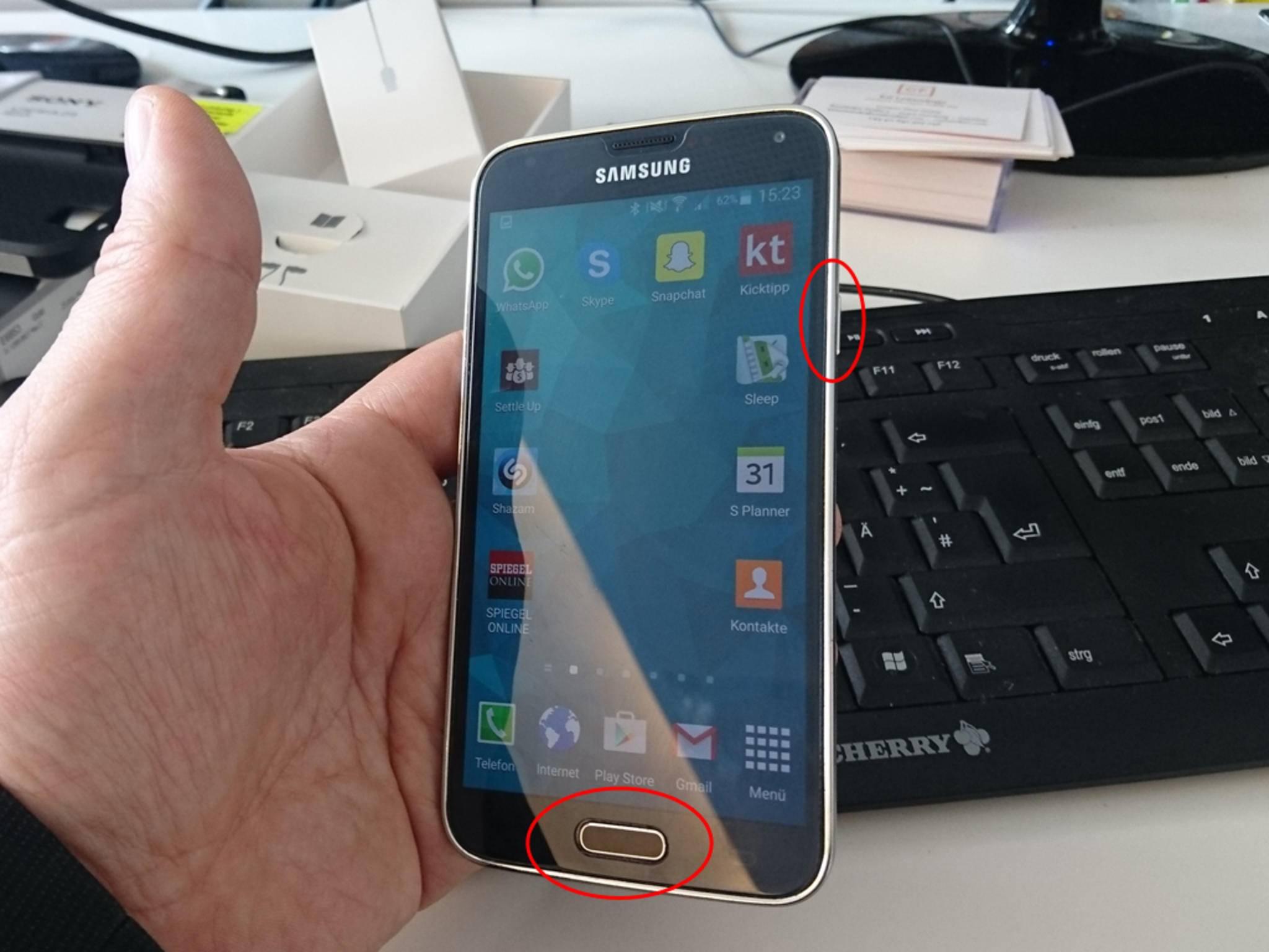 Beim Galaxy S5 drückst Du den Home-Button und den Einschaltknopf gleichzeitig, oder ...