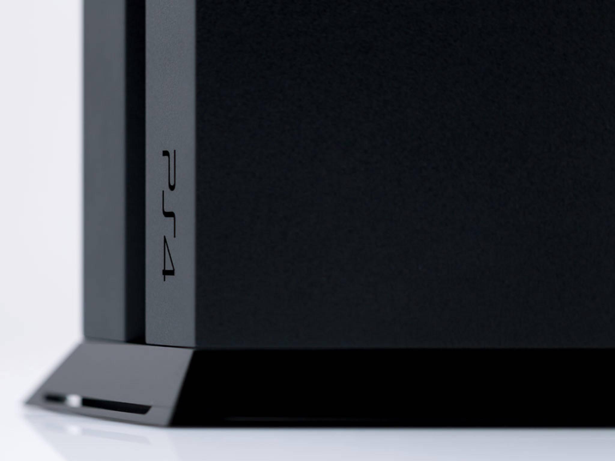 PS4-Spiele kannst Du unterwegs herunterladen und sie dann Zuhause spielen.