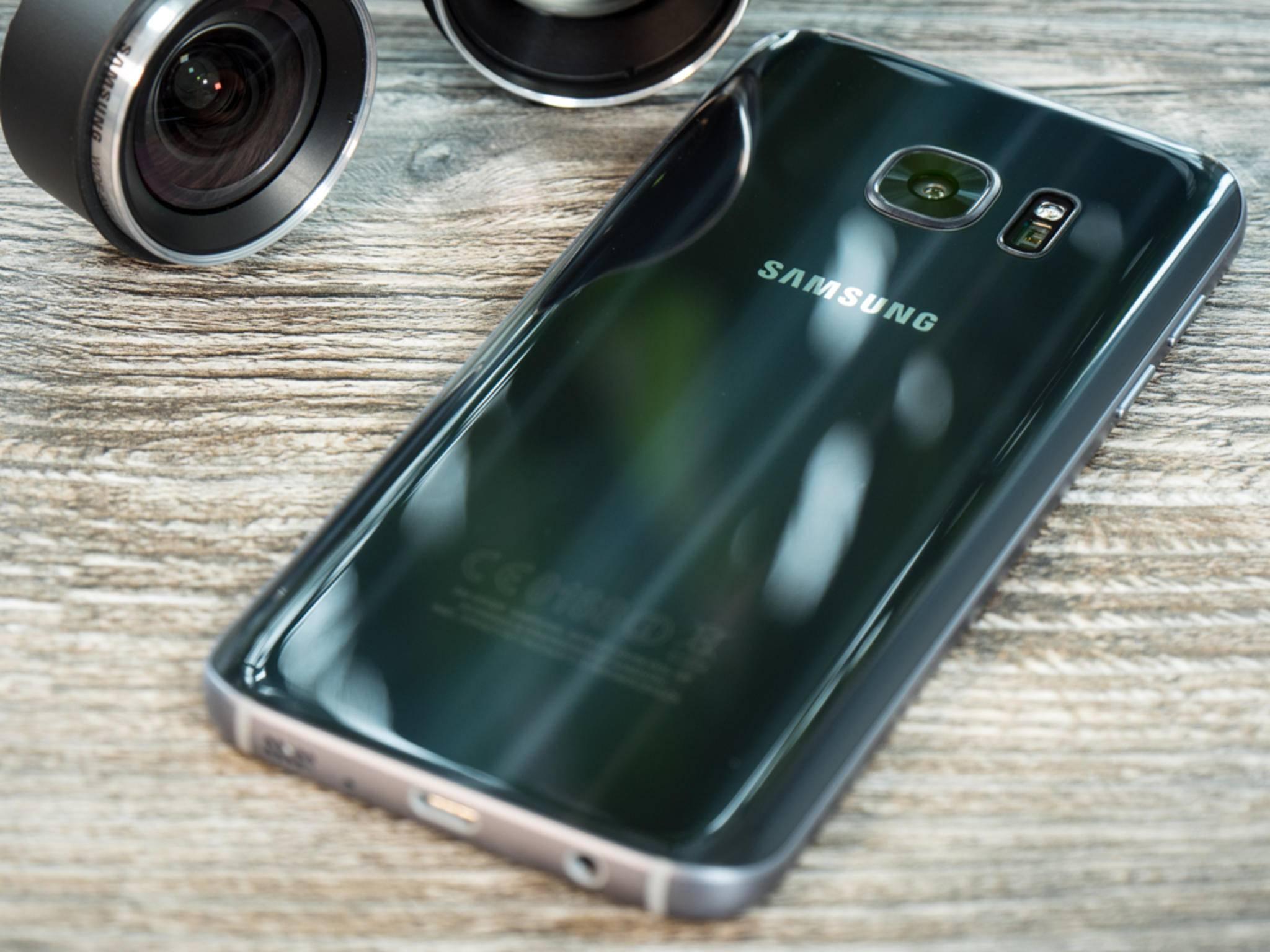 Das schwarze Case schützt die edle Glasrückseite des Smartphones.