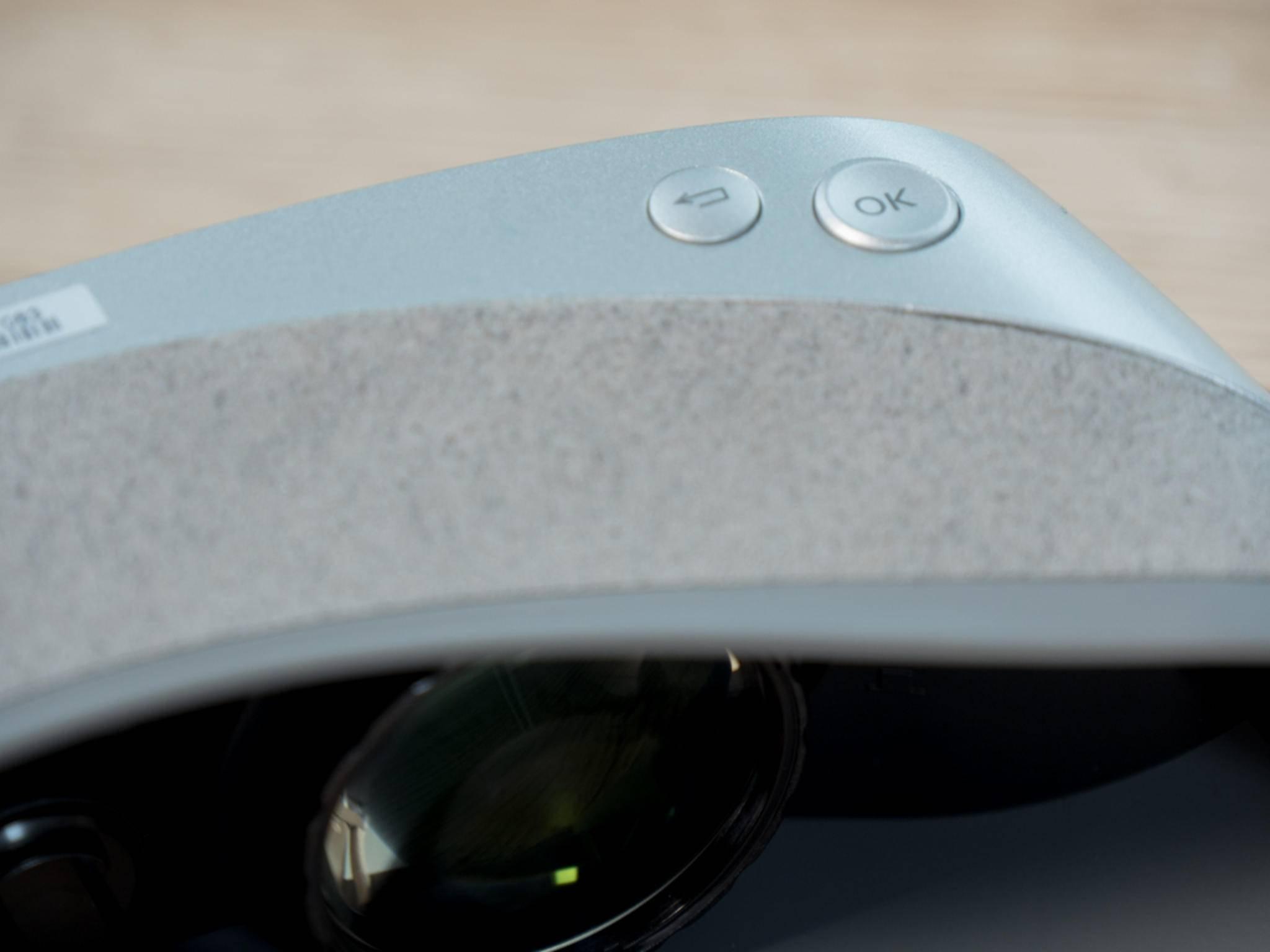 Mit dem Display des LG G5 oder zwei Knöpfen auf der Brille orientiert man sich in den VR-Menüs.