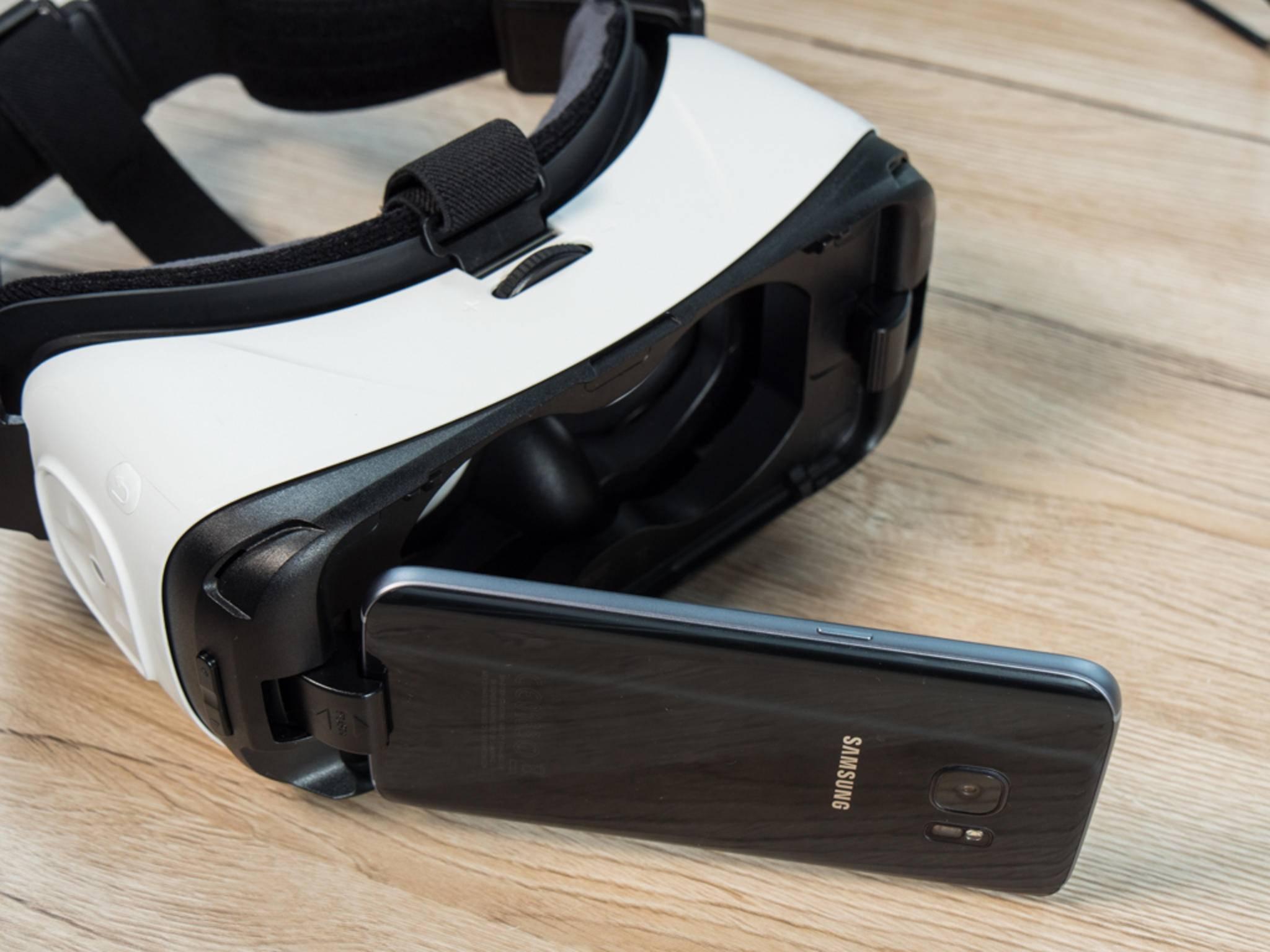 Schließlich klappt man das Galaxy-S-Smartphone ein und nutzt es als Display.