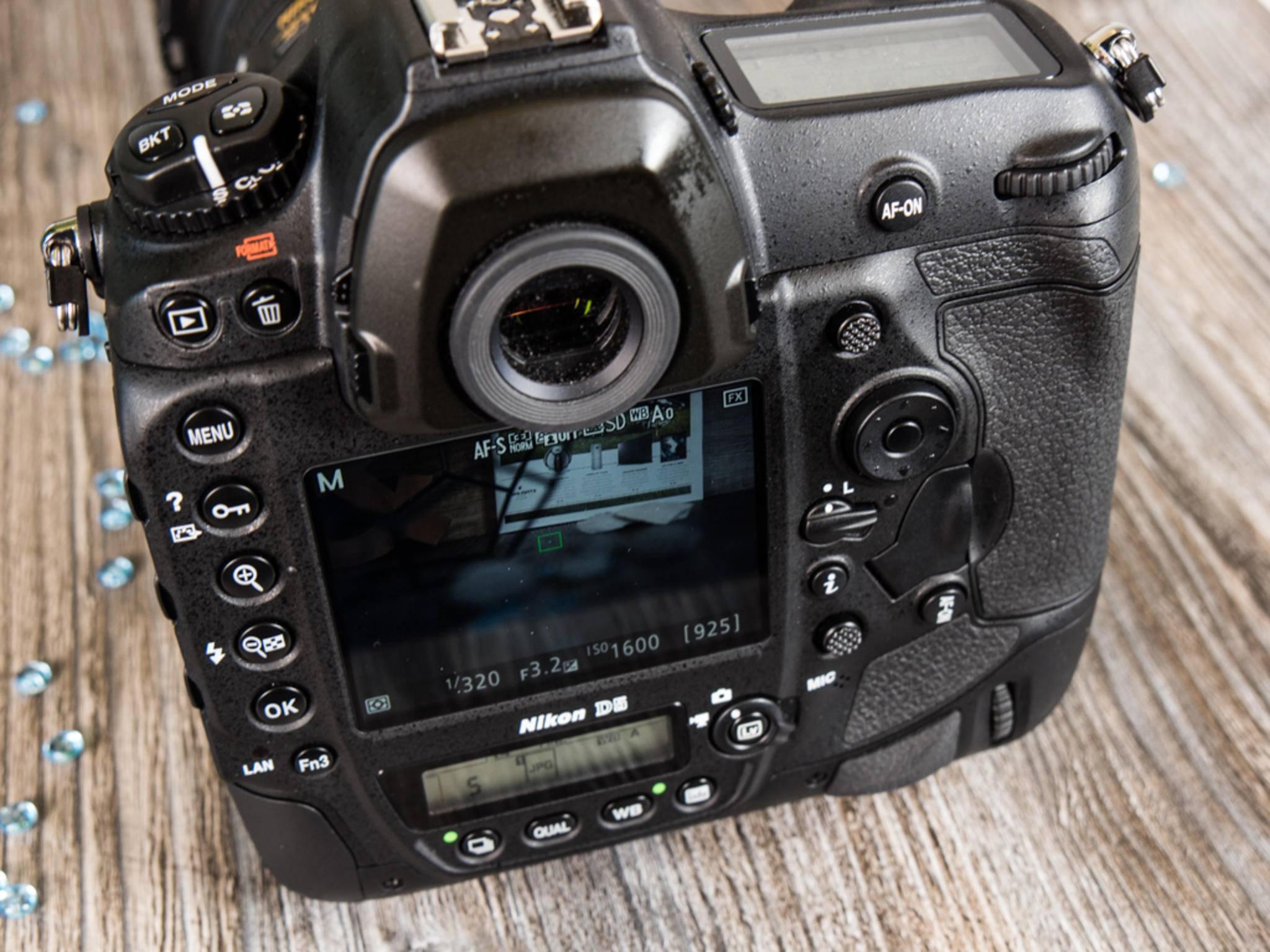 Vor allem auf der Rückseite der Nikon D5 finden sich zahlreiche Bedienelemente ...