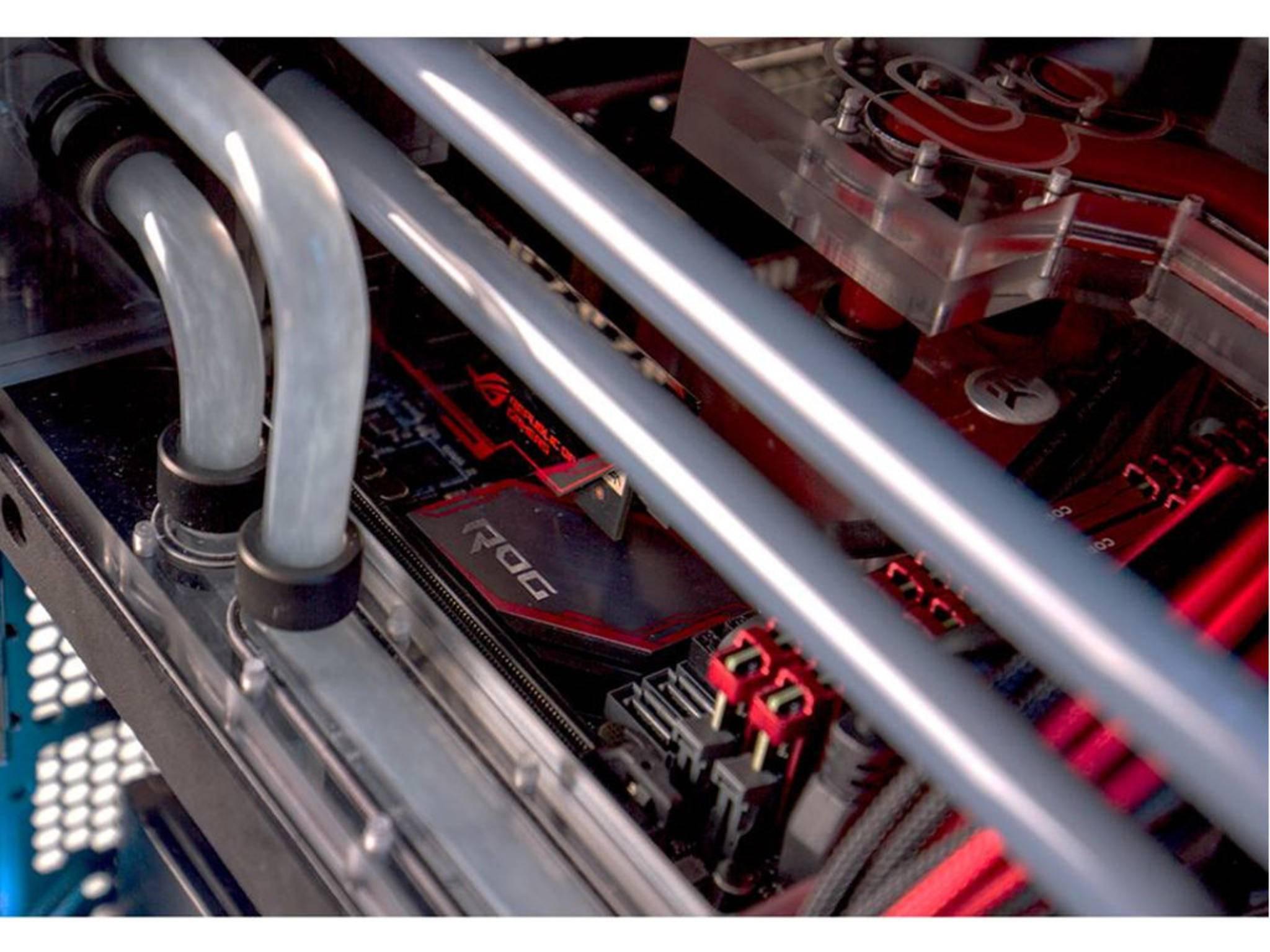 Die Röhren aus Acryl transportieren die Kühlflüssigkeit.