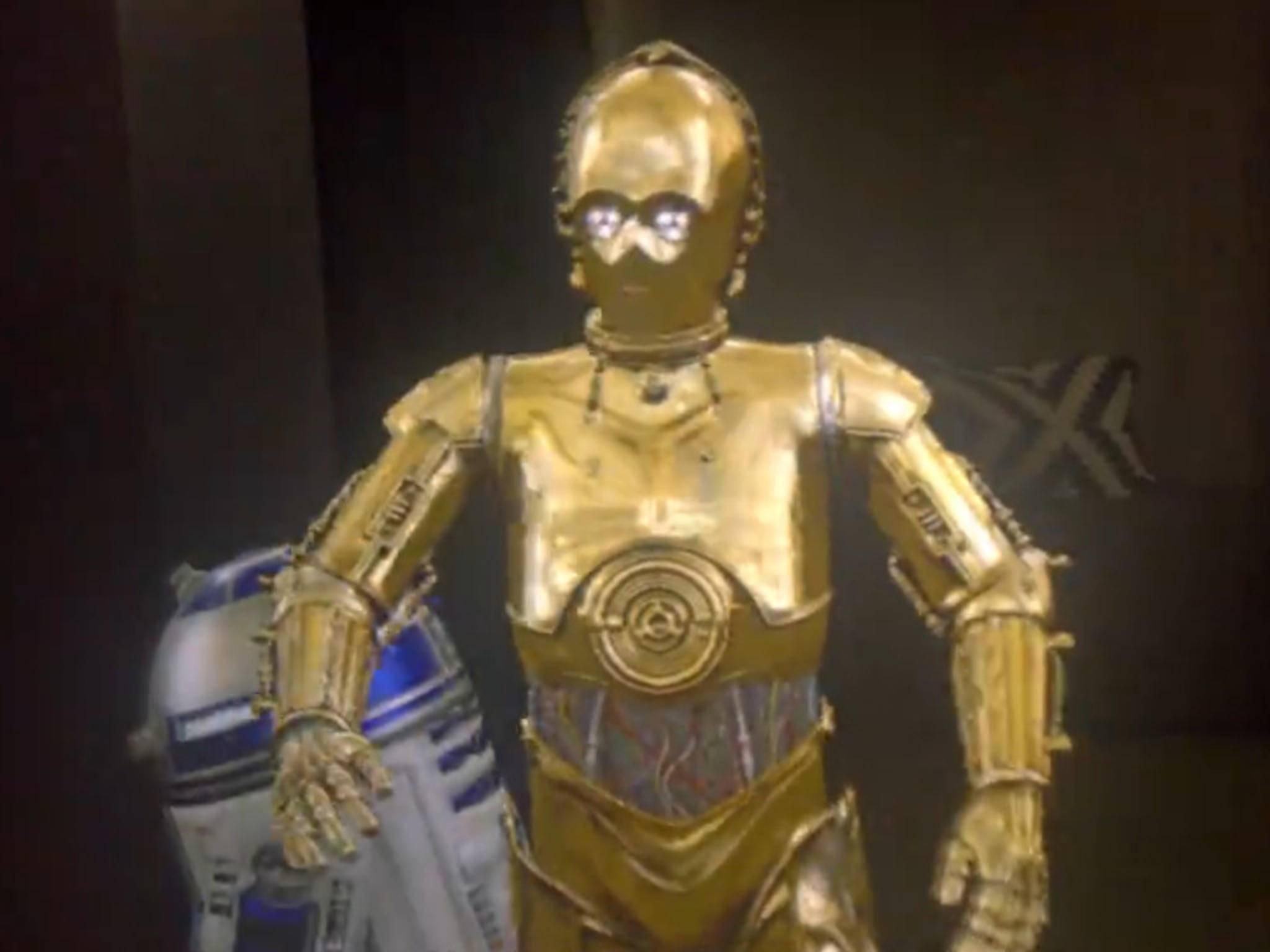 """Mixed Reality: Die """"Star Wars""""-Droiden bewegen sich durch das Zimmer."""