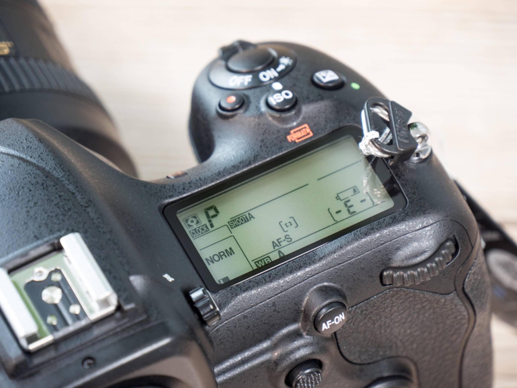 Das Display auf der Kameraschulter ist gute Nikon-Tradition ...