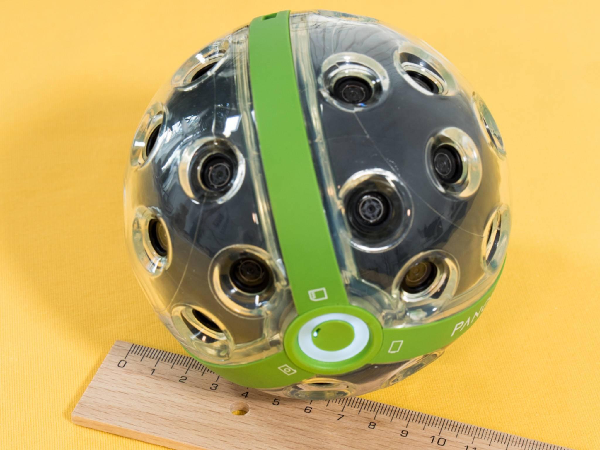 Der Ball misst 11 Zentimeter im Durchmesser.