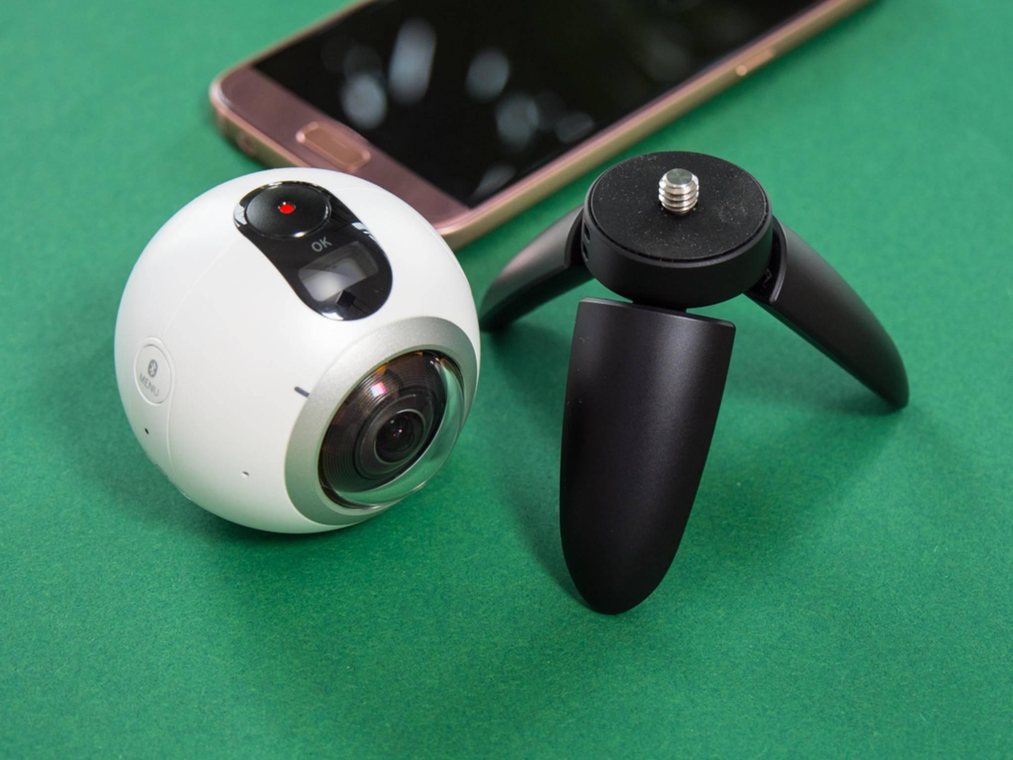 Die Form ist etwas unpraktisch, ansonsten macht die Gear 360 auch Action-Cams Konkurrenz.