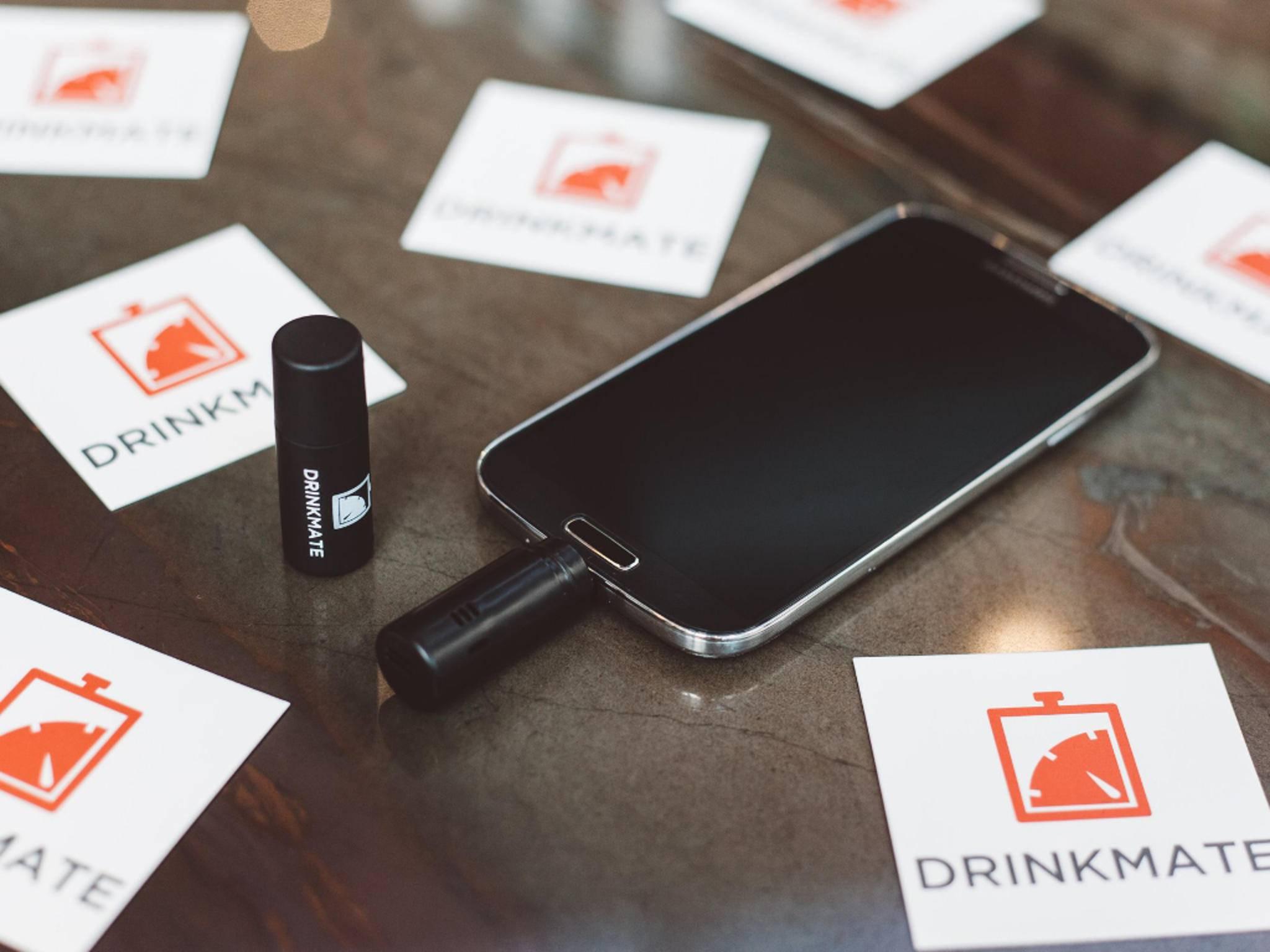 DrinkMate wird direkt ans Smartphone angeschlossen.