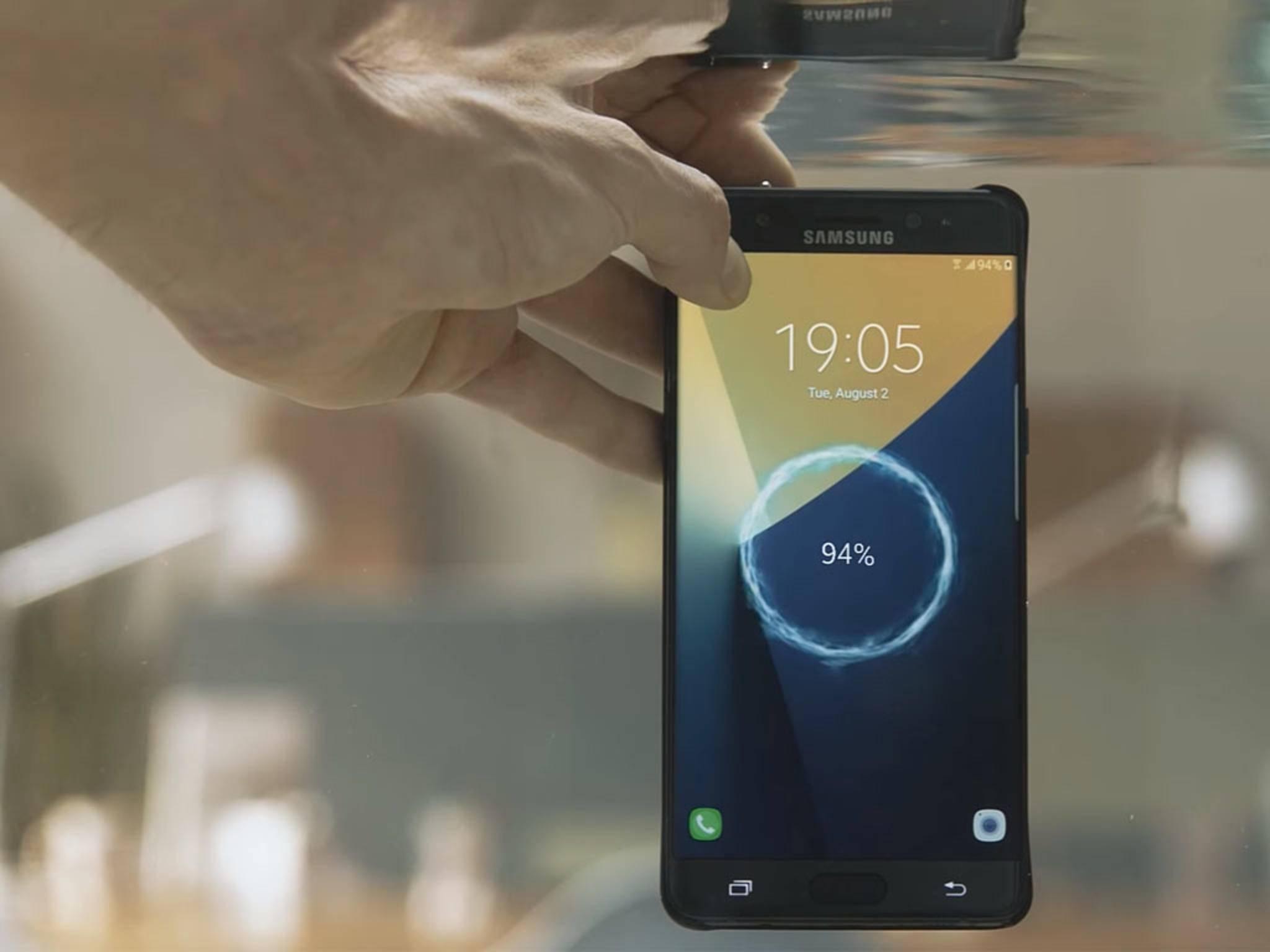 Das Samsung Galaxy Note 7 ist wasserdicht, das iPhone 6s nicht.