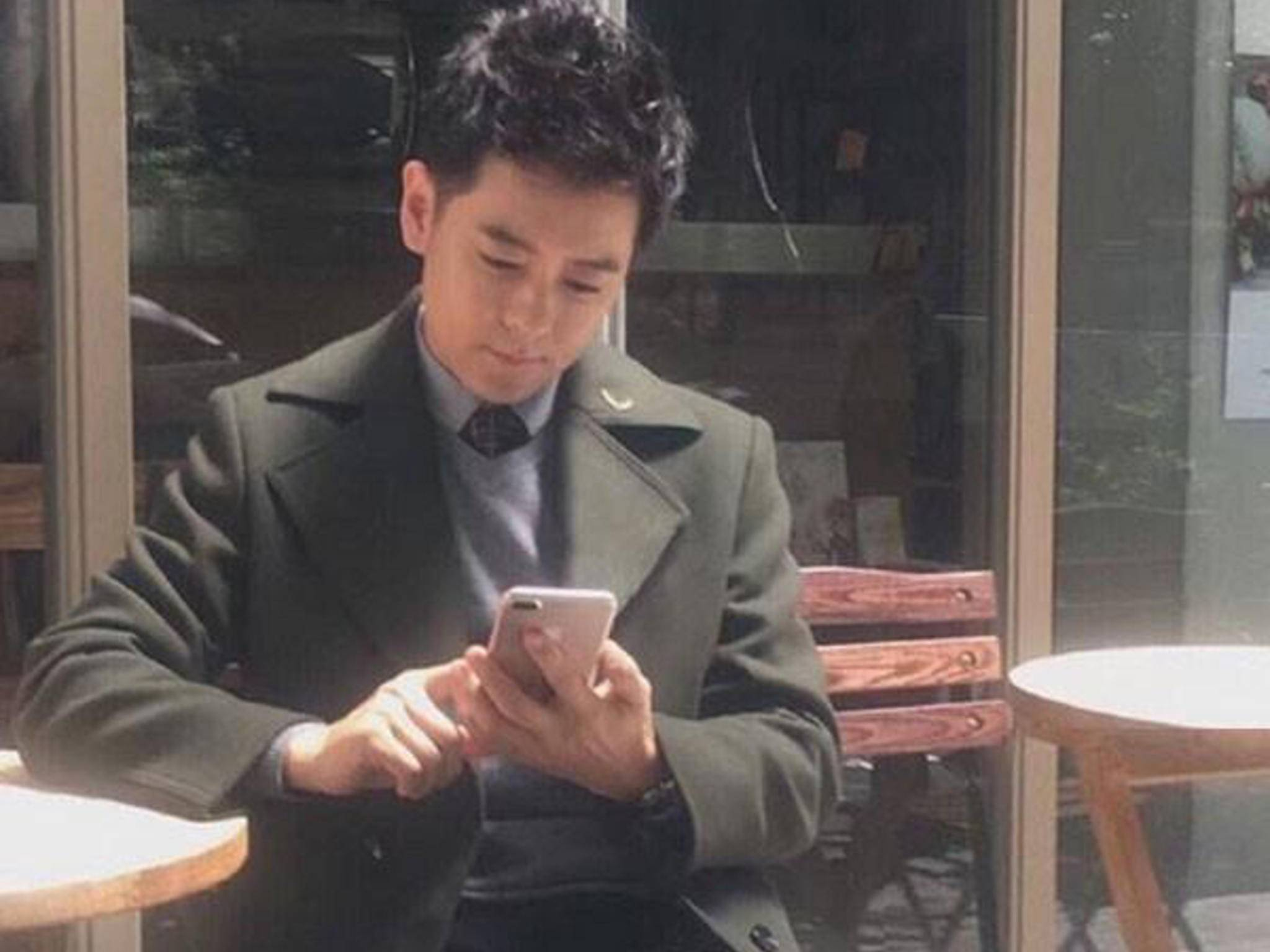 Der taiwanische Star Jimmy Lin mit einem vermeintlichen iPhone 7 Plus.