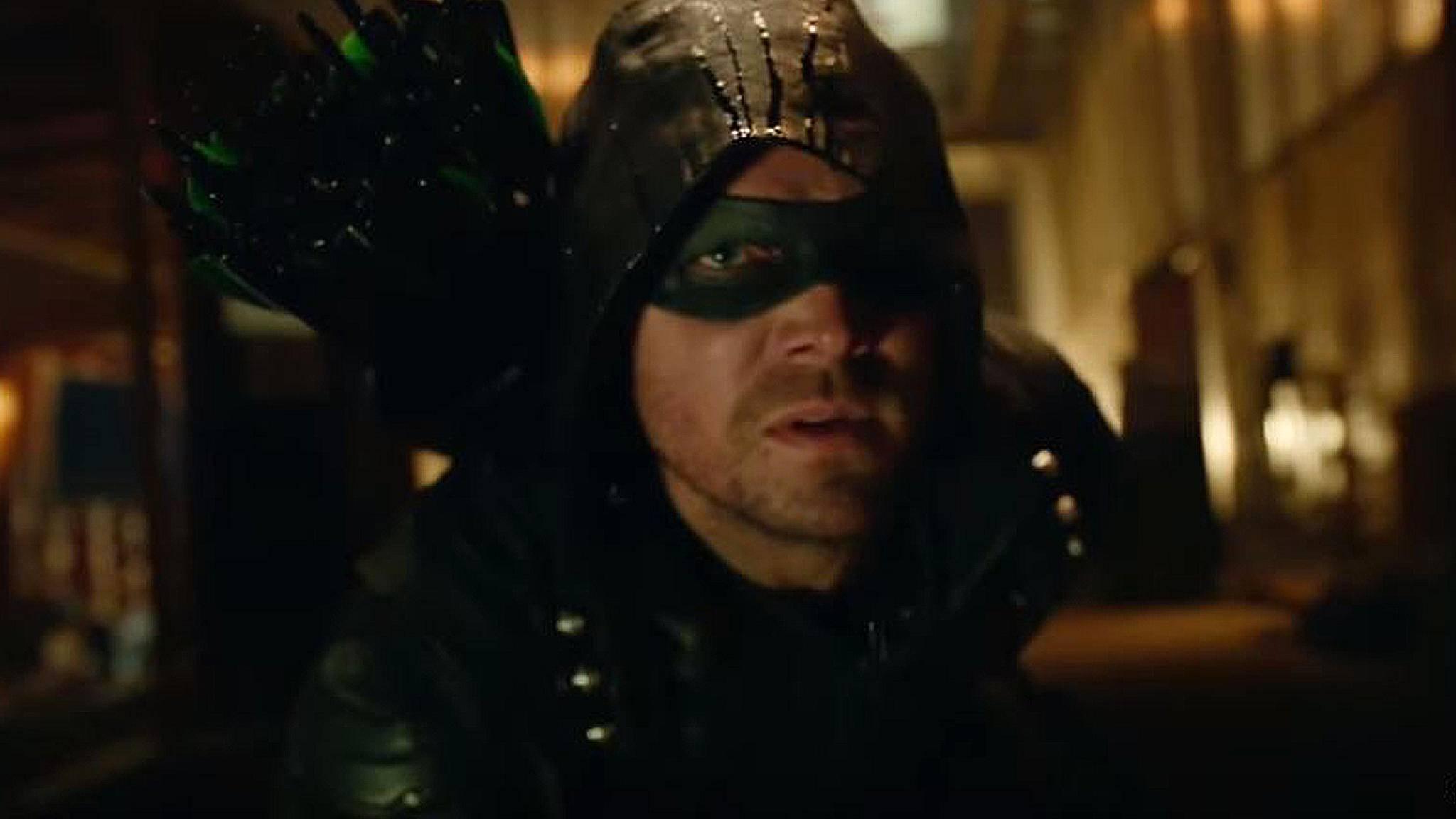"""In """"Arrow"""" macht sich der maskierte Rächer mit Pfeil und Bogen auf Verbrecherjagd."""
