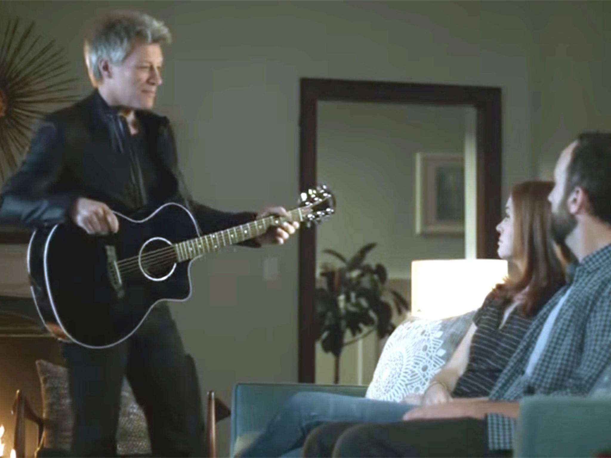 Und plötzlich steht Jon Bon Jovi im Wohnzimmer! Nur einer von vielen seltsamen Auftritten, die Musiker in Werbespots haben.