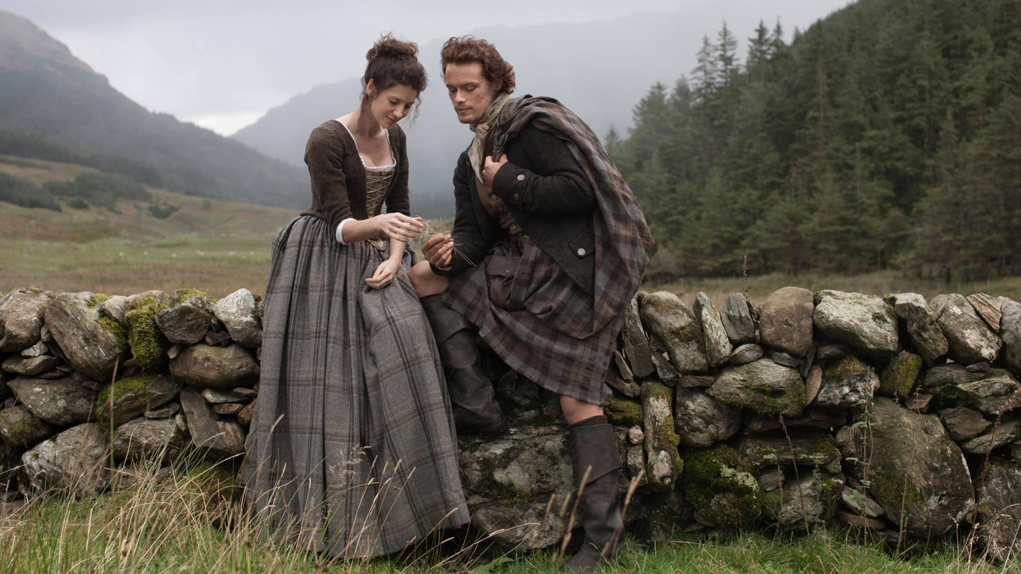 """Die Liebe zwischen der Zeitreisenden Claire und dem Highlander Jamie steht in """"Outlander"""" im Mittelpunkt."""