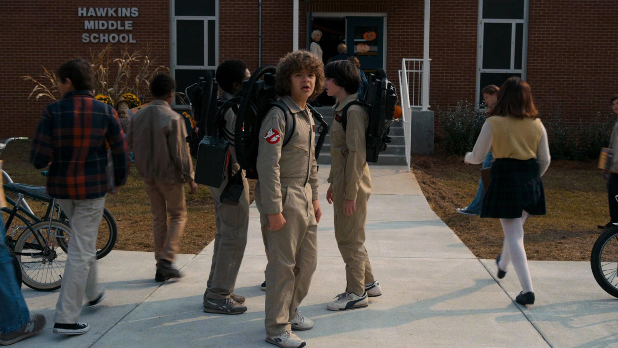 """Pünktlich zu Halloween kehren die Jungs aus """"Stranger Things"""" mit Staffel 2 auf die TV-Bildschirme zurück."""