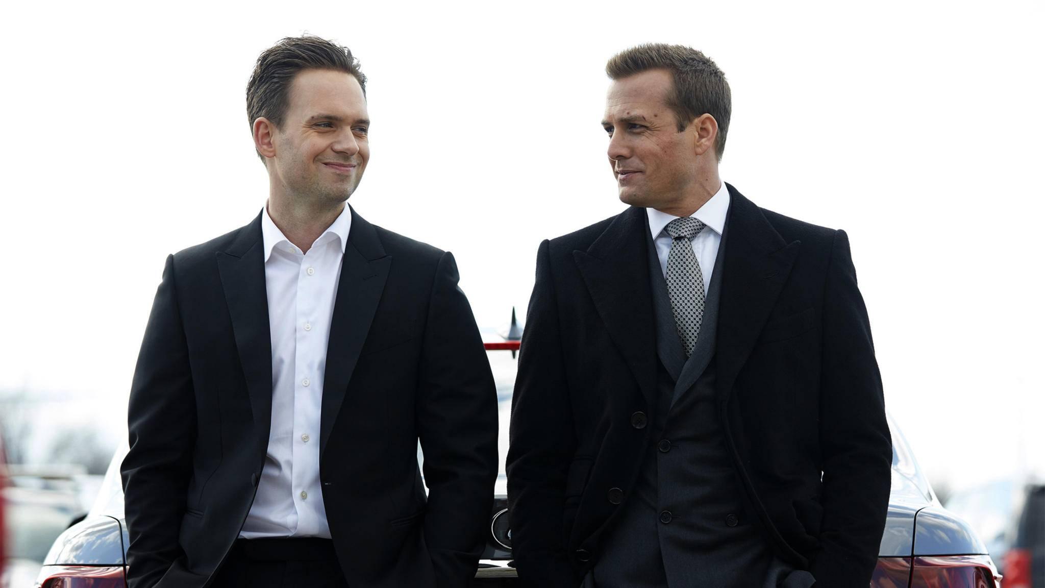 Mike Ross (Patrick J. Adams, l.) und Harvey Spectre (Gabriel Macht, r.) werden auch in Staffel 7 wieder durchstarten.
