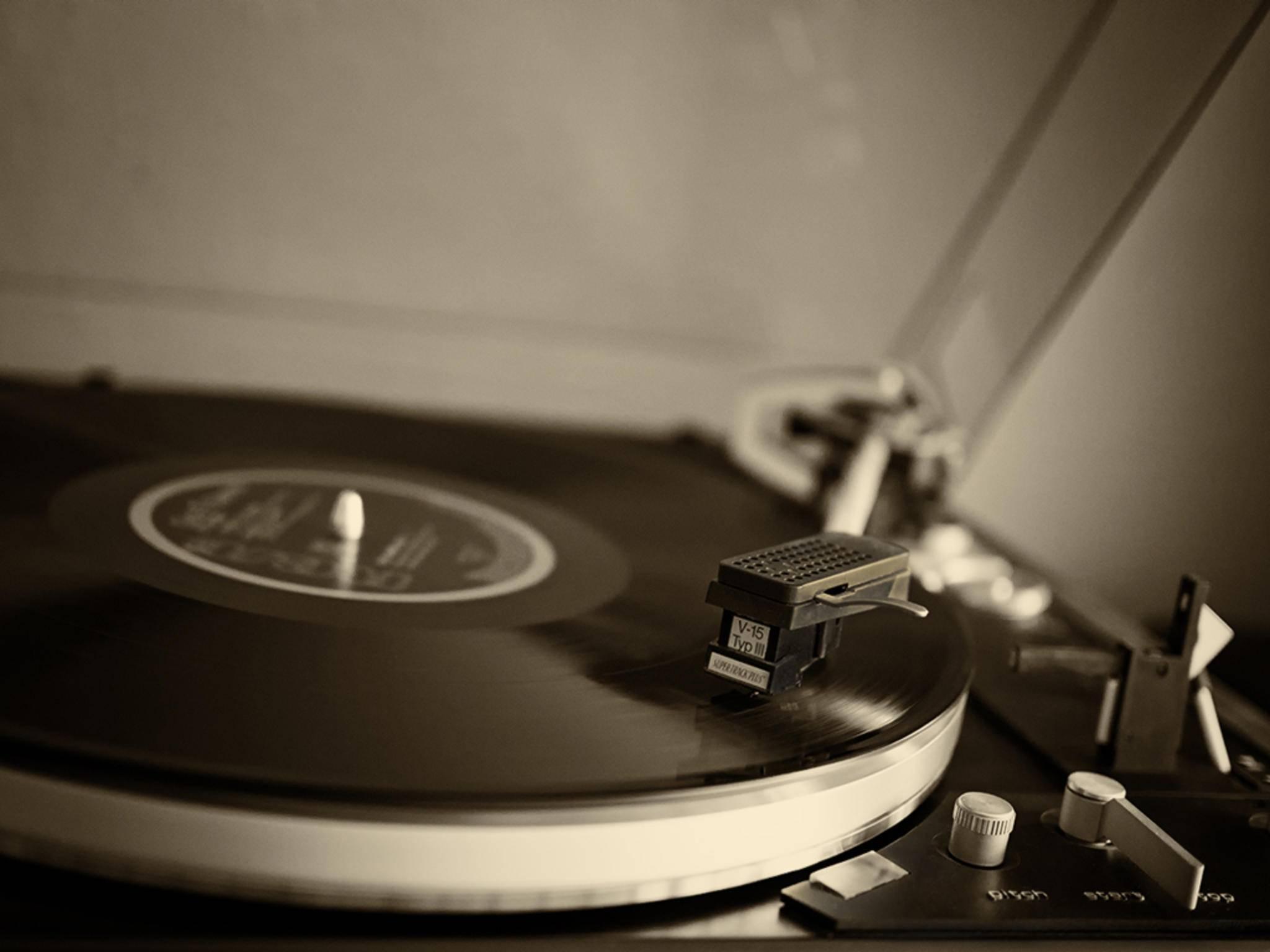 Schwarzes Gold: Vinyl auf dem Plattenteller sieht schick aus und klingt gut. Nur unterwegs taugt das Format nicht viel.