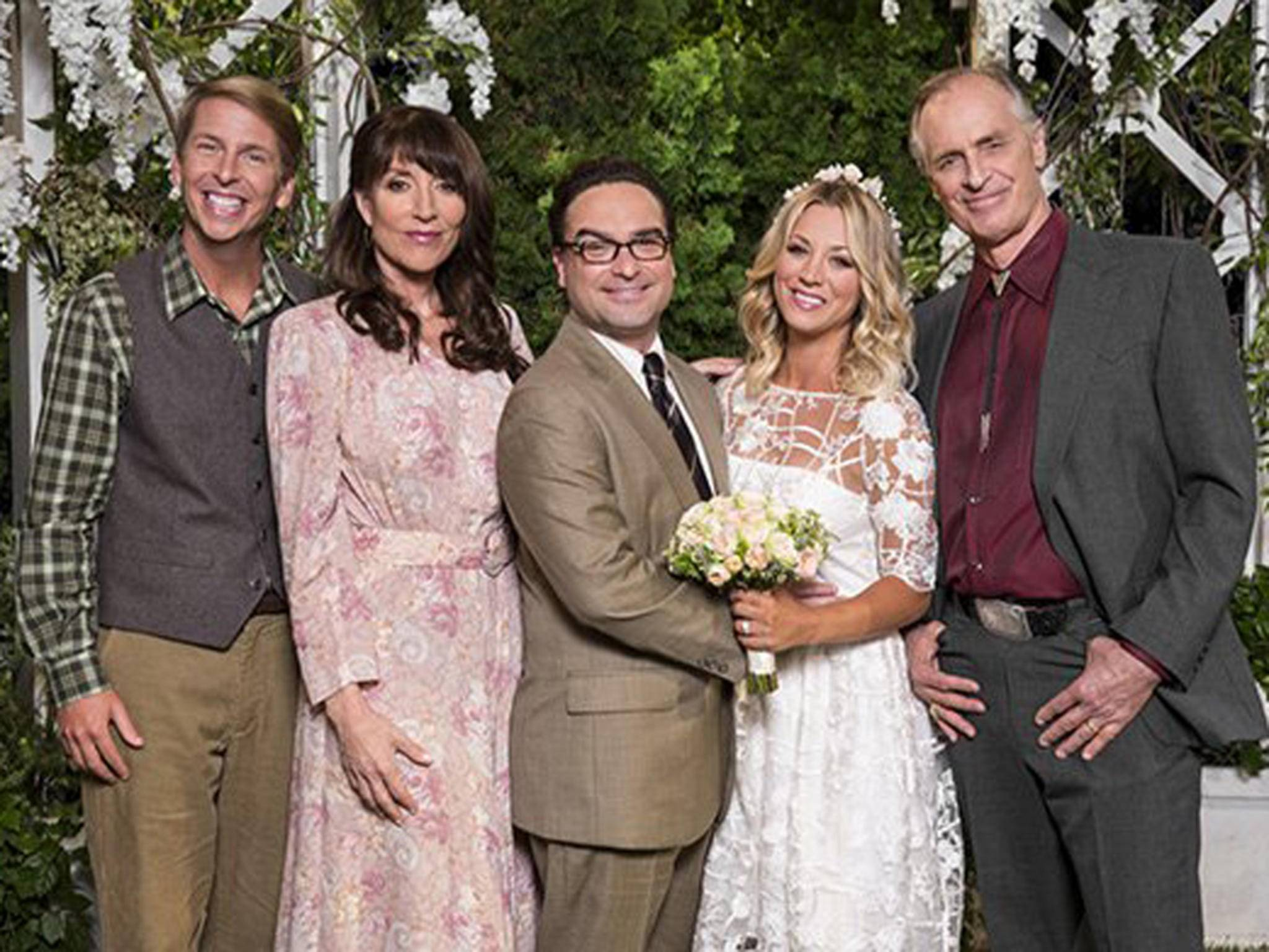 Familienfoto zur Hochzeit. Von links: Randall, Susan, Leonard, Penny, Wyatt.