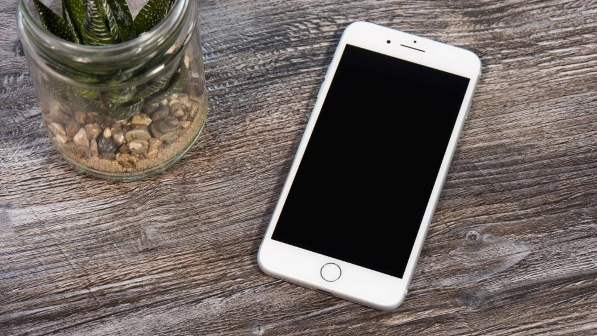 Exakt genauso groß wie das iPhone 6s, aber 4 Gramm leichter.