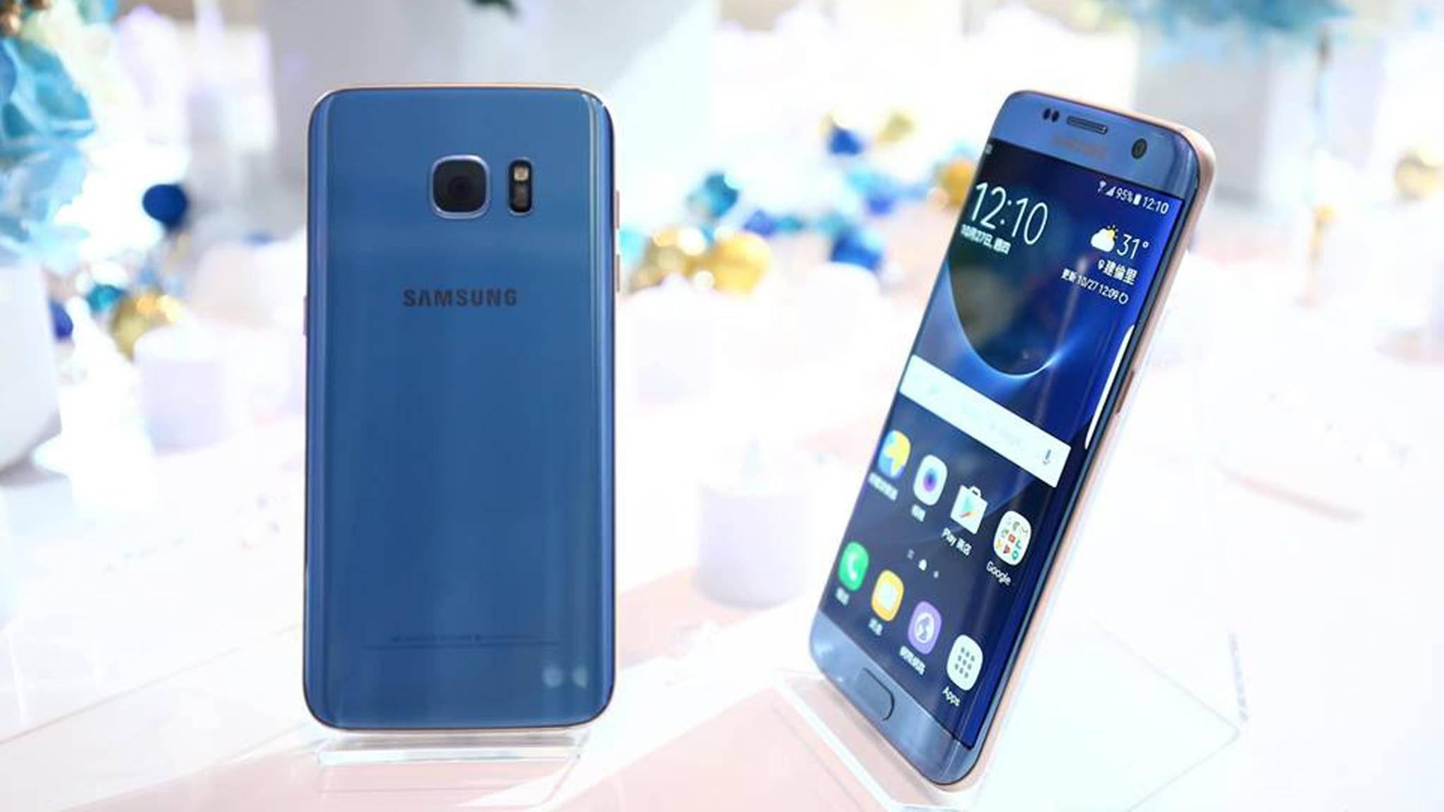 Das Samsung Galaxy S7 Edge in Blue Coral soll neue Kunden ansprechen.