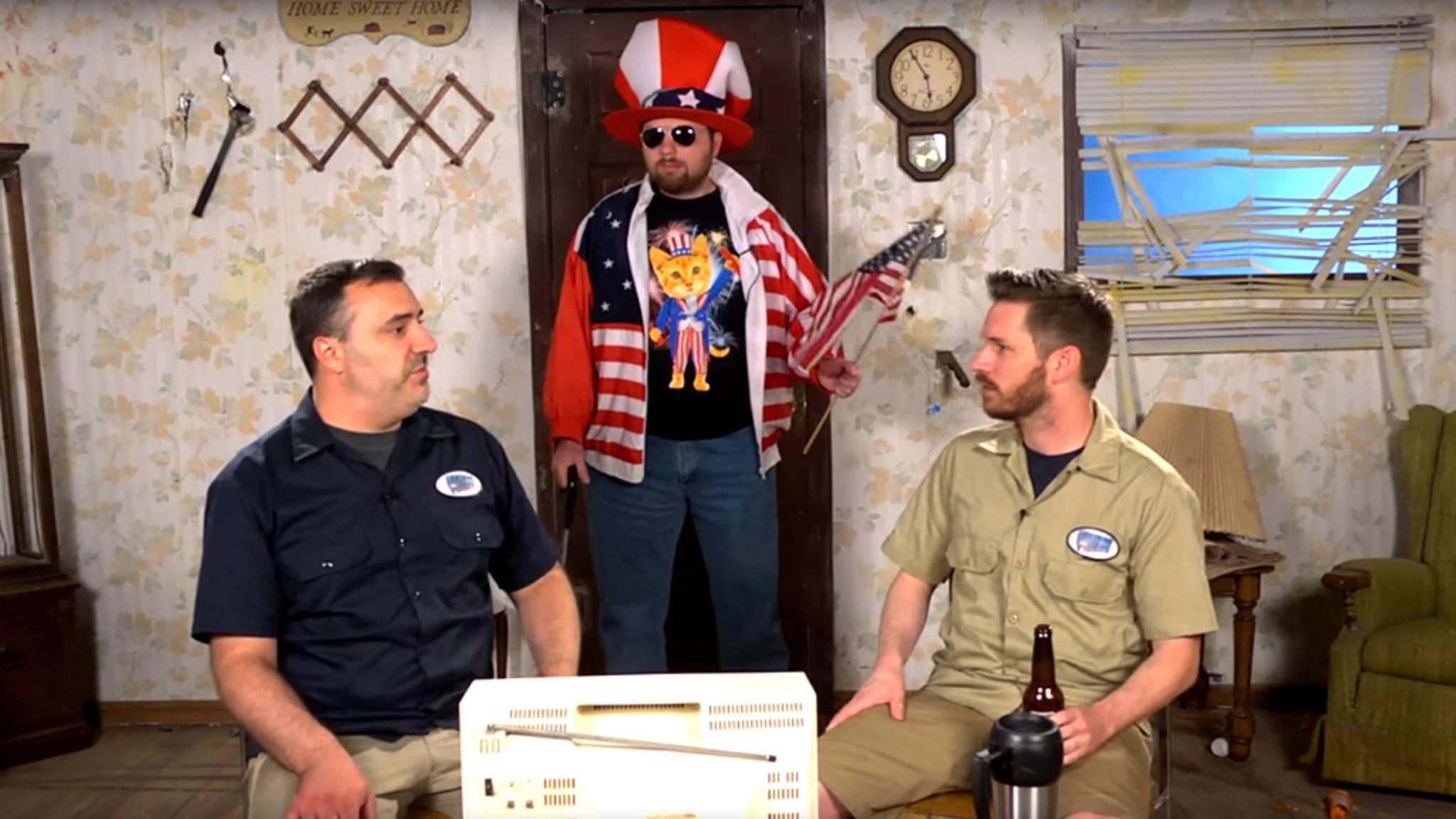 """Mike, Rich und Jay (v.l.n.r) nehmen auf ihrem YouTube-Kanal Red Letter Media Filme auseinander – hier: """"Idependence Day: Resurgence"""" (2016)."""