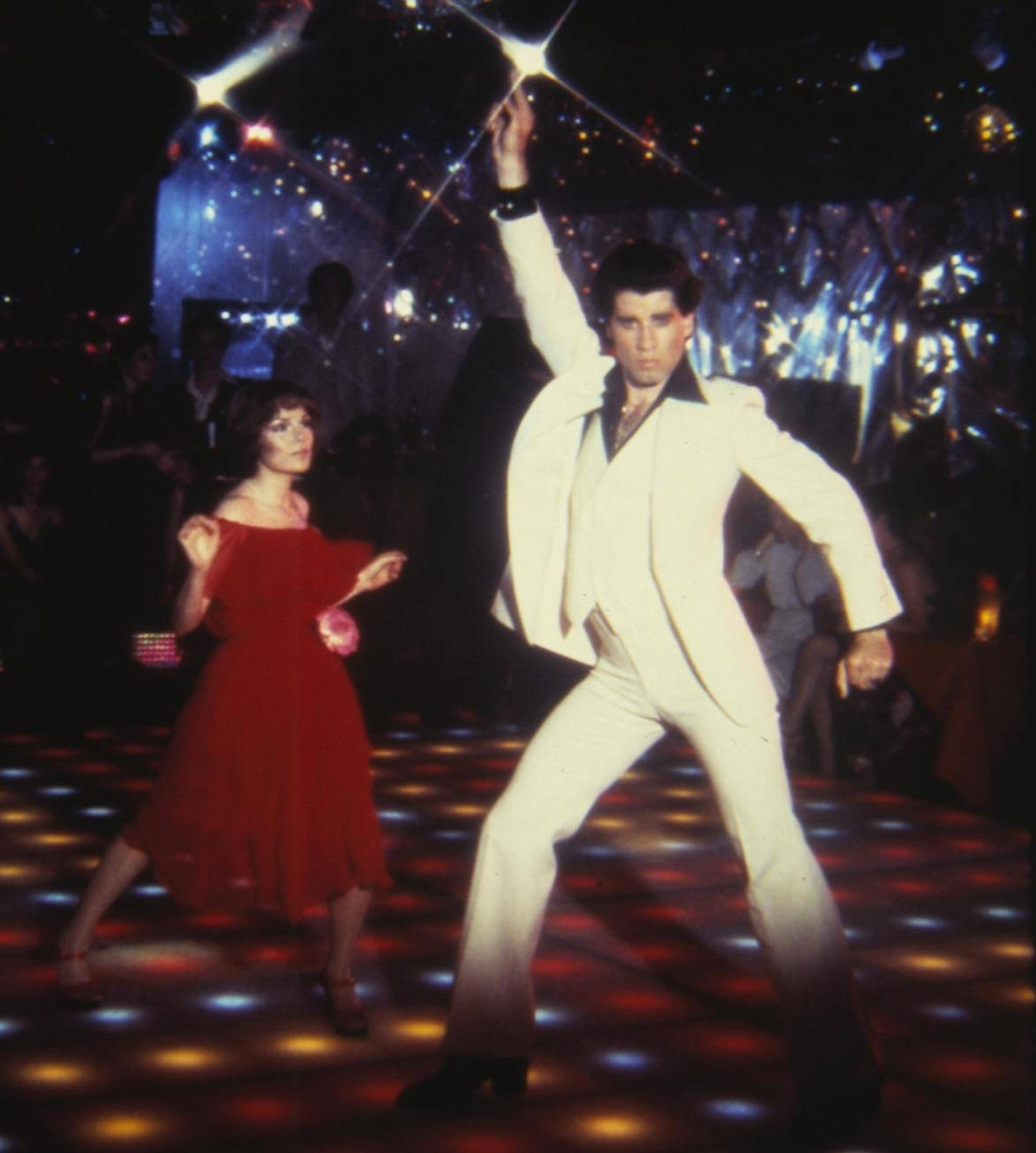 """Dancing like it's 1977: John Travolta und Karen Lynn Gorney legten ihn """"Saturday Night Fever"""" ikonische Moves auf die Tanzfläche."""