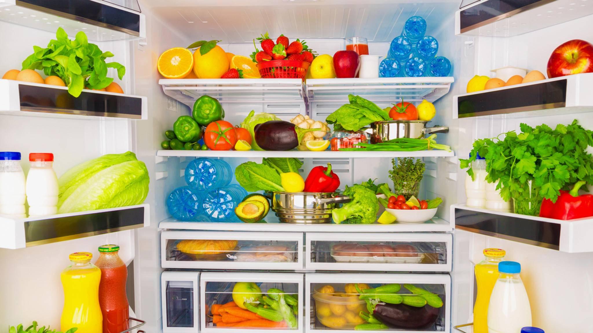 Finde den Fehler: Nicht alle Lebensmittel auf diesem Bild gehören wirklich in den Kühlschrank...