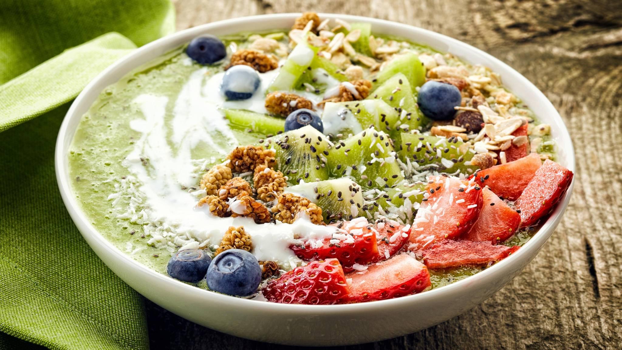 Eine Smoothie-Bowl bringt Farbe auf den Frühstückstisch.