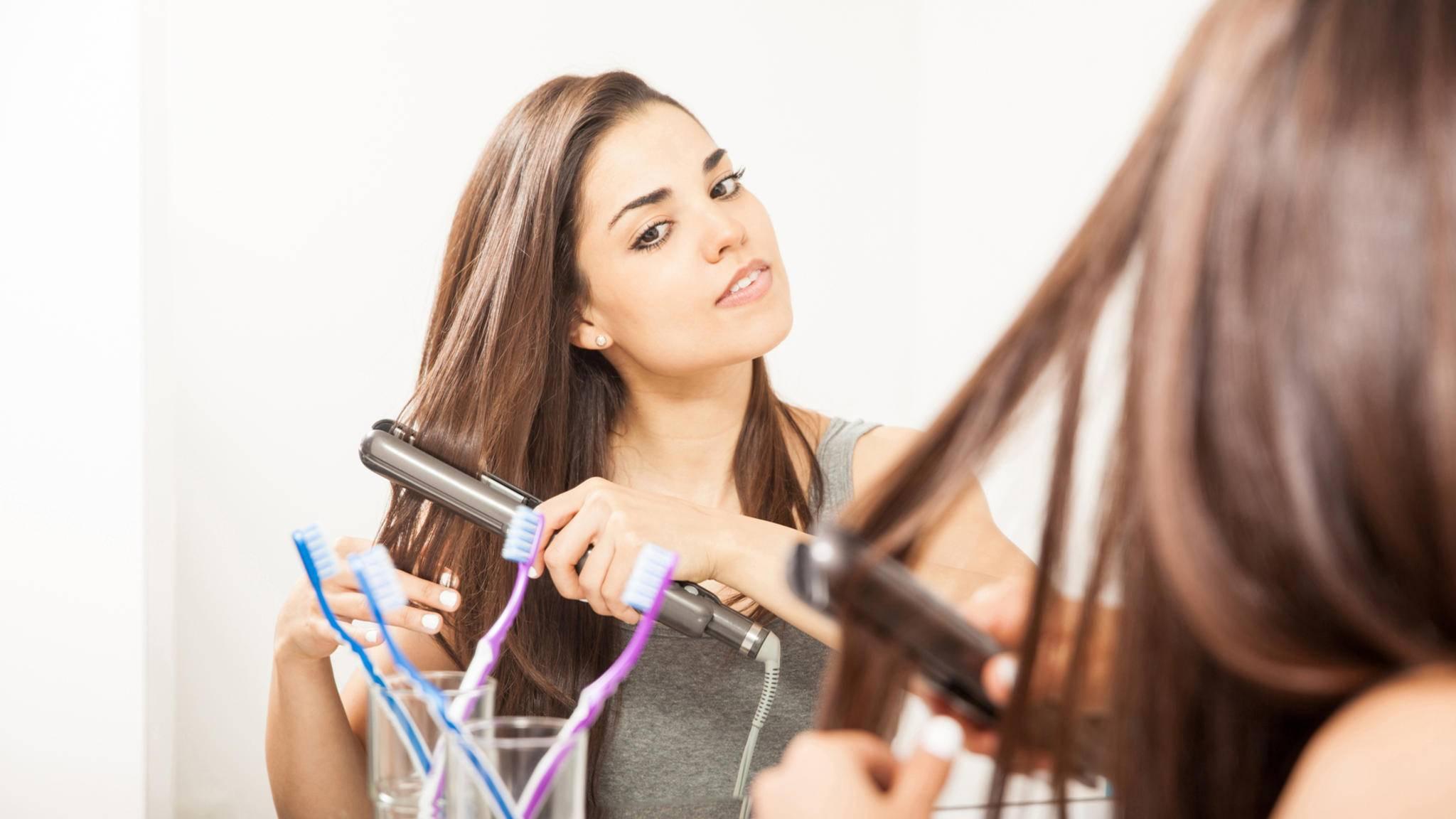 Das Glätteisen macht nicht nur die Haare schön.