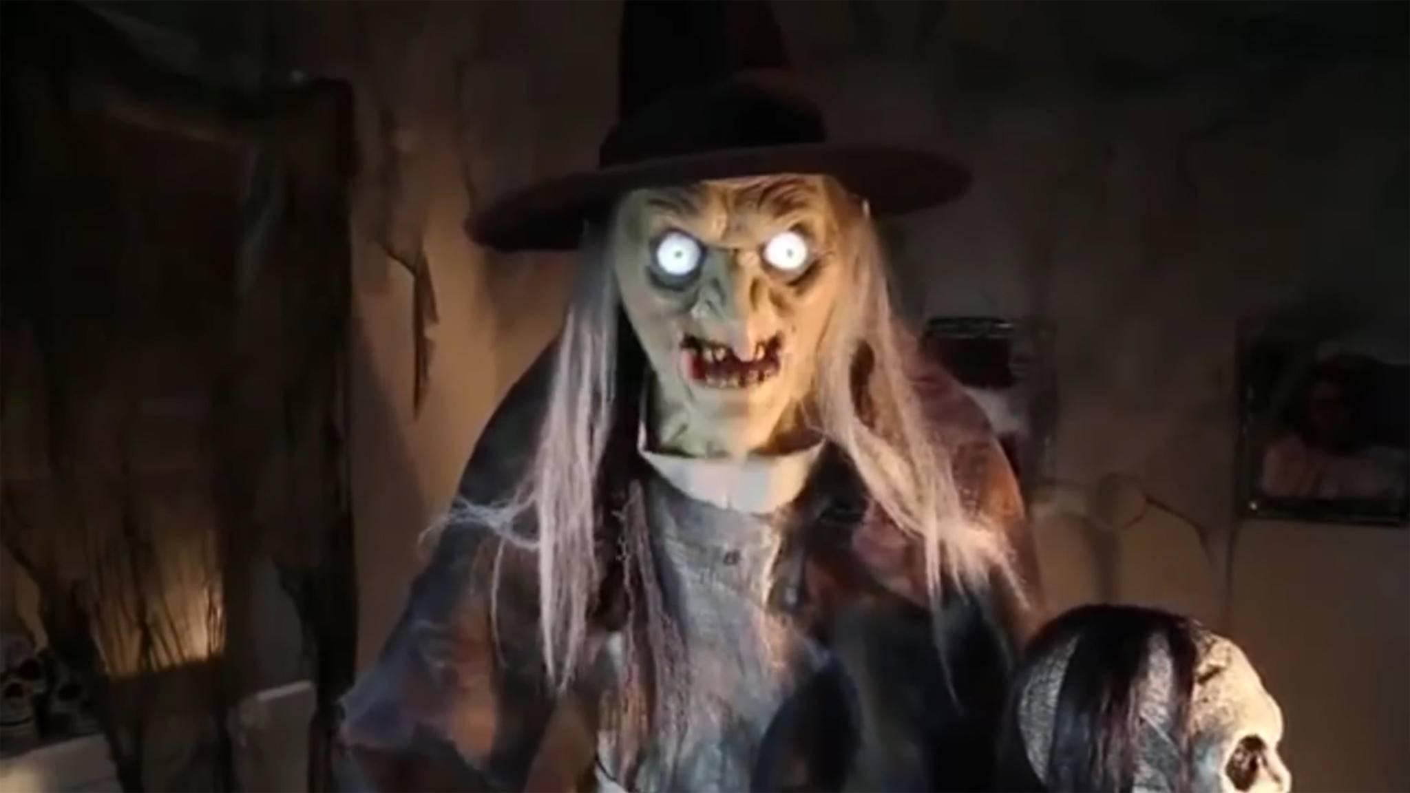 Eine böse Hexe im Wohnzimmer? Dank moderner Tricktechnik sind der Fantasie bei Gruseldeko keine Grenzen gesetzt – solange Du das notwendige Kleingeld hast.