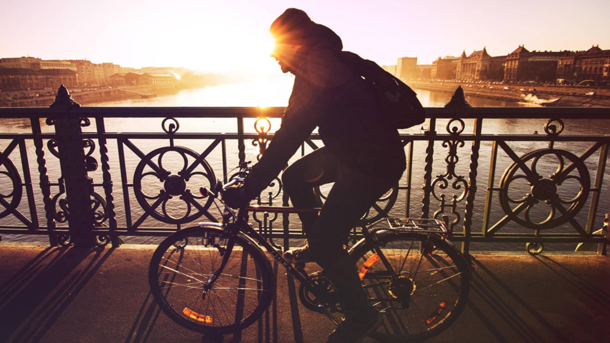 Schon mit dem Fahrrad zur Arbeit zu fahren, erhöht das tägliche Sportpensum.