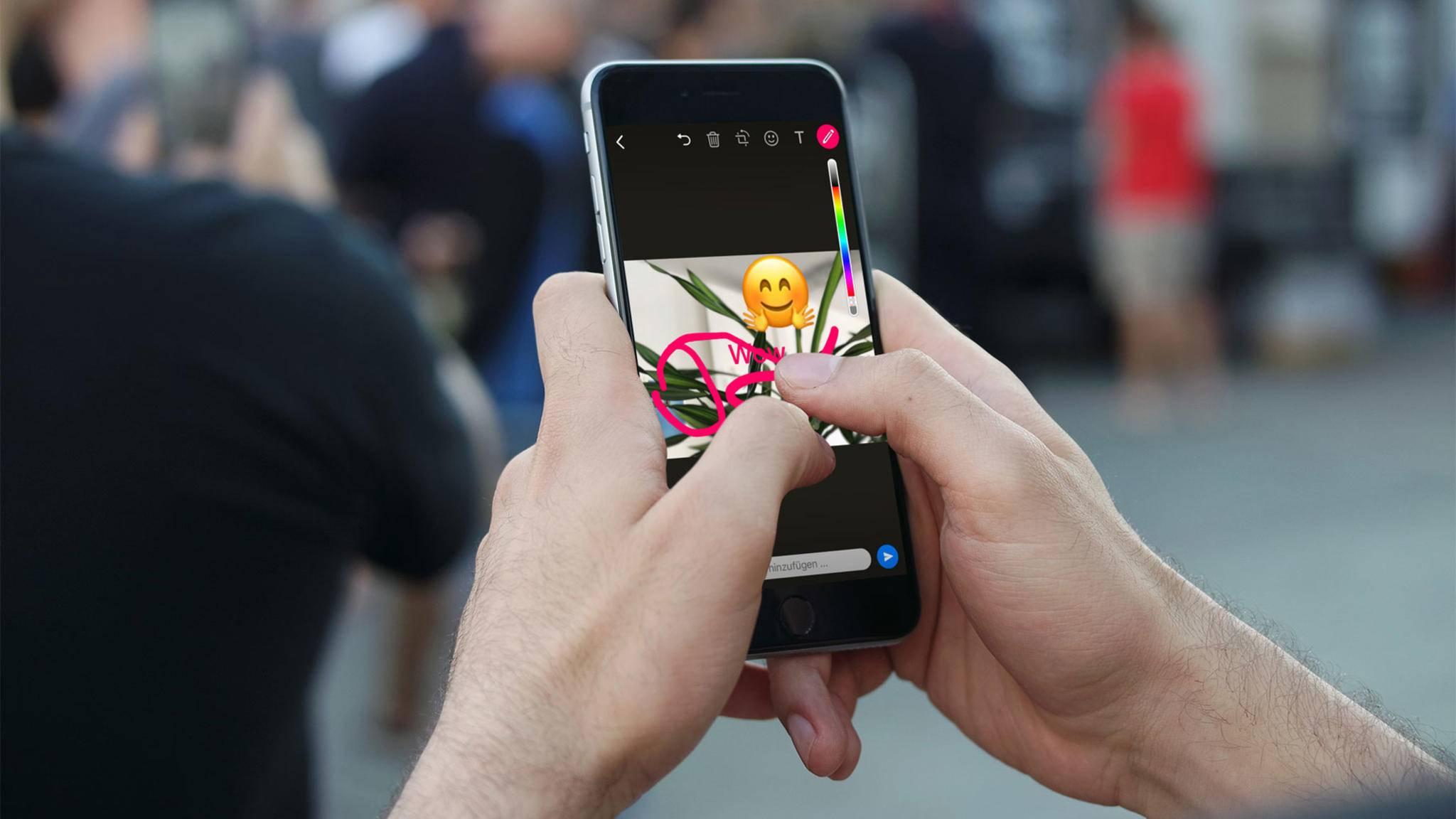 Wir verraten, wie Du in WhatsApp Emojis auf Deine Bilder kleben kannst.