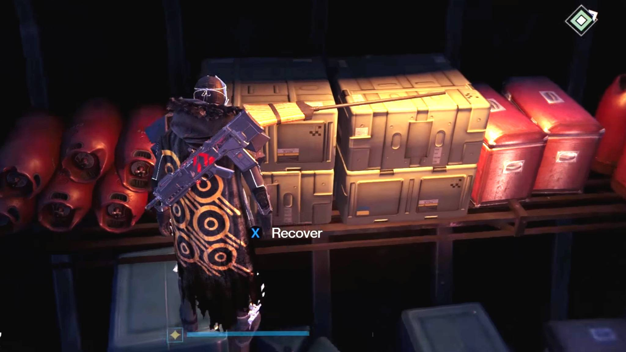 """Versteckt auf einer Palette von Kisten ist der """"Verlorene Besen"""" zu finden."""