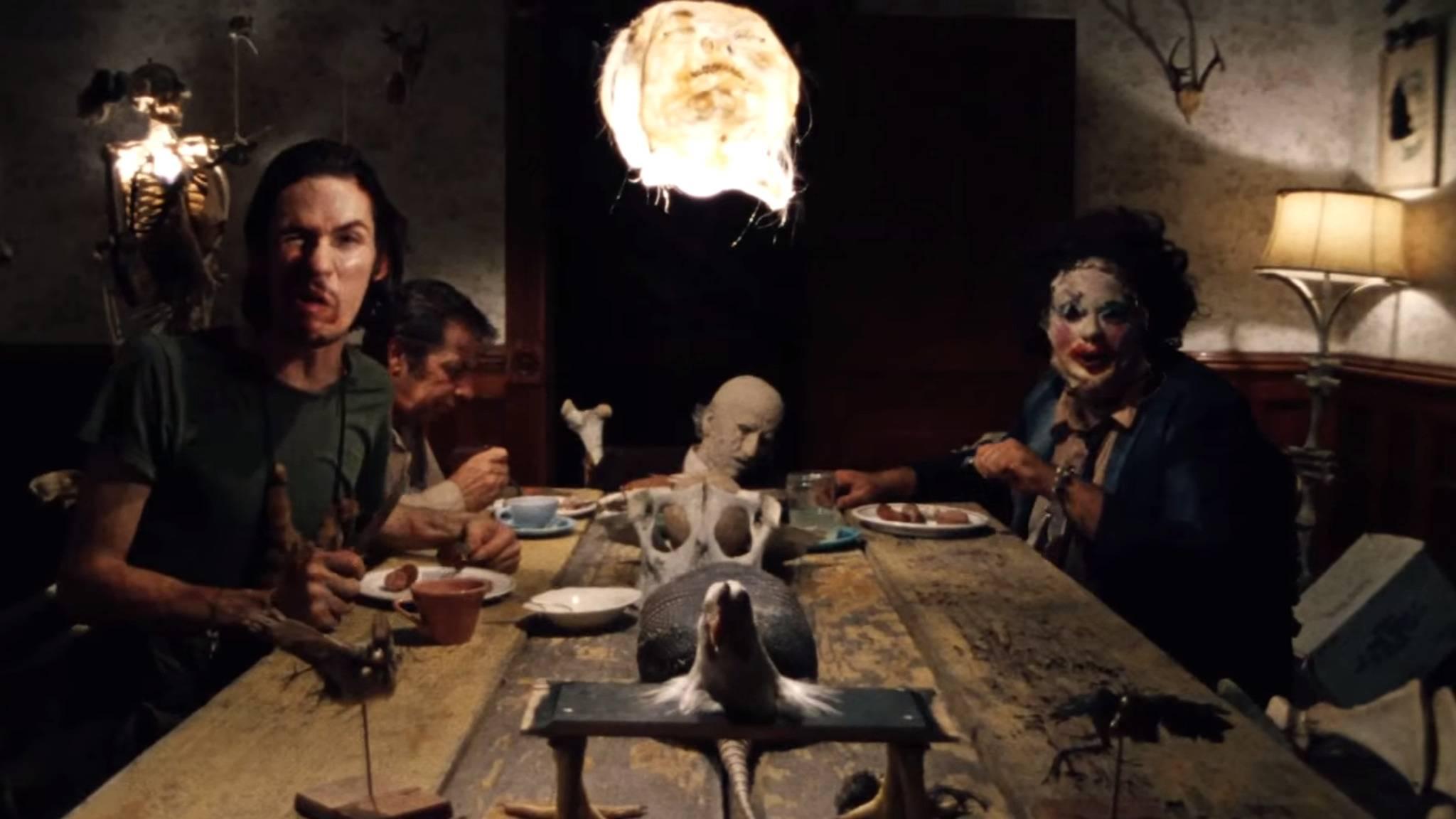 """Leatherface und Co. sind, wie hier im Film, manchmal auch im neuen """"Texas Chainsaw Massacre""""-Restaurant zugegen – in kostümierter Form, versteht sich."""