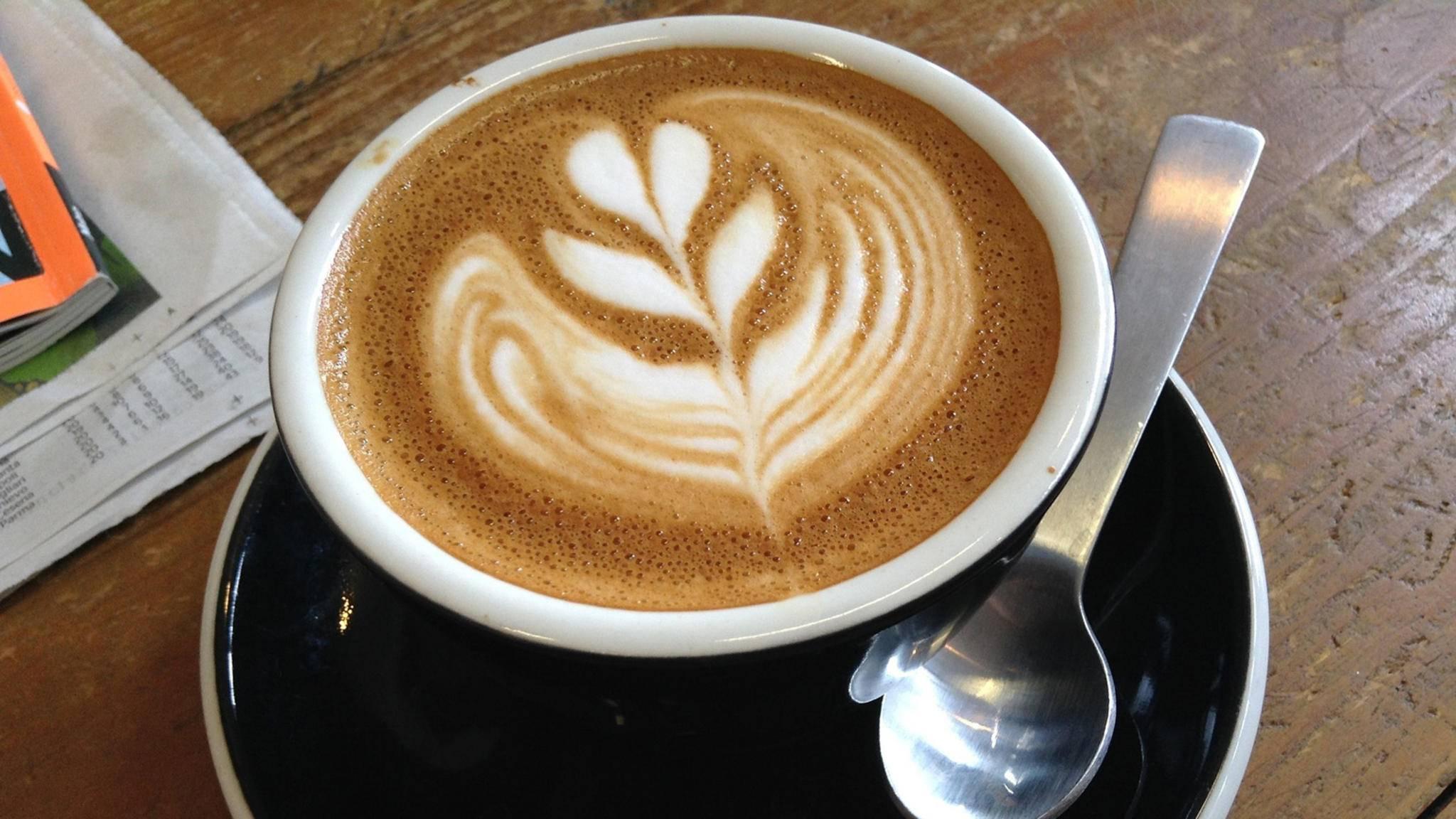 Handelt es sich bei diesem kunstvoll verzierten Getränk um einen Cappuccino oder um einen Flat White? Nach dem Lesen unseres Ratgebers kennst Du die Antwort!